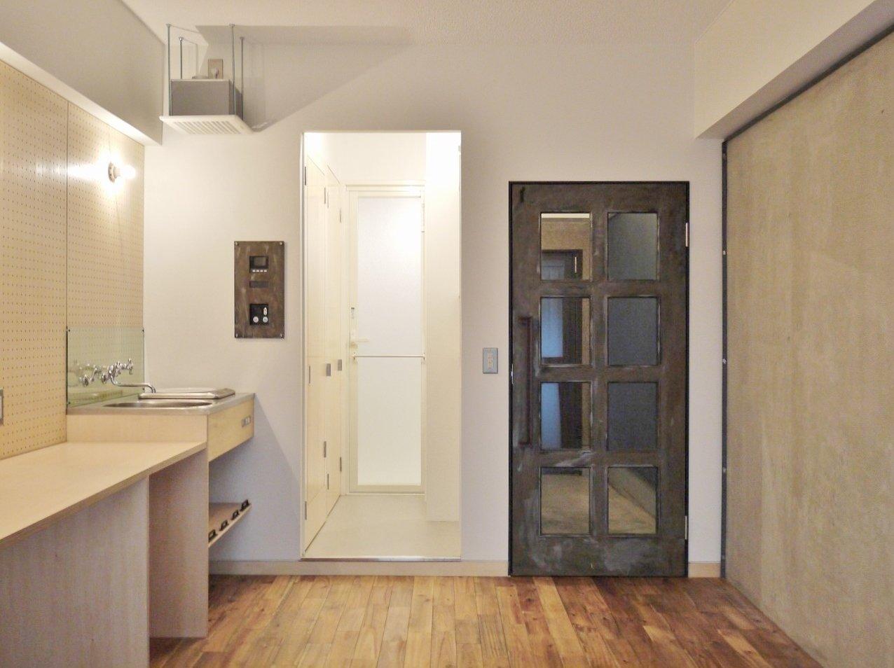 こちらは木をふんだんに、そして質感の違いをうまく組み合わせて作られた、おしゃれなお部屋。キッチン・床・扉……。ね、すべて違うでしょ?