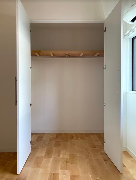 元押し入れだった場所をそのままクローゼットにしたというだけあって、収納スペースも広々!こういうところが、リノベーションのいいところ、なんです。家族みんなでうまく活用して使ってくださいね。