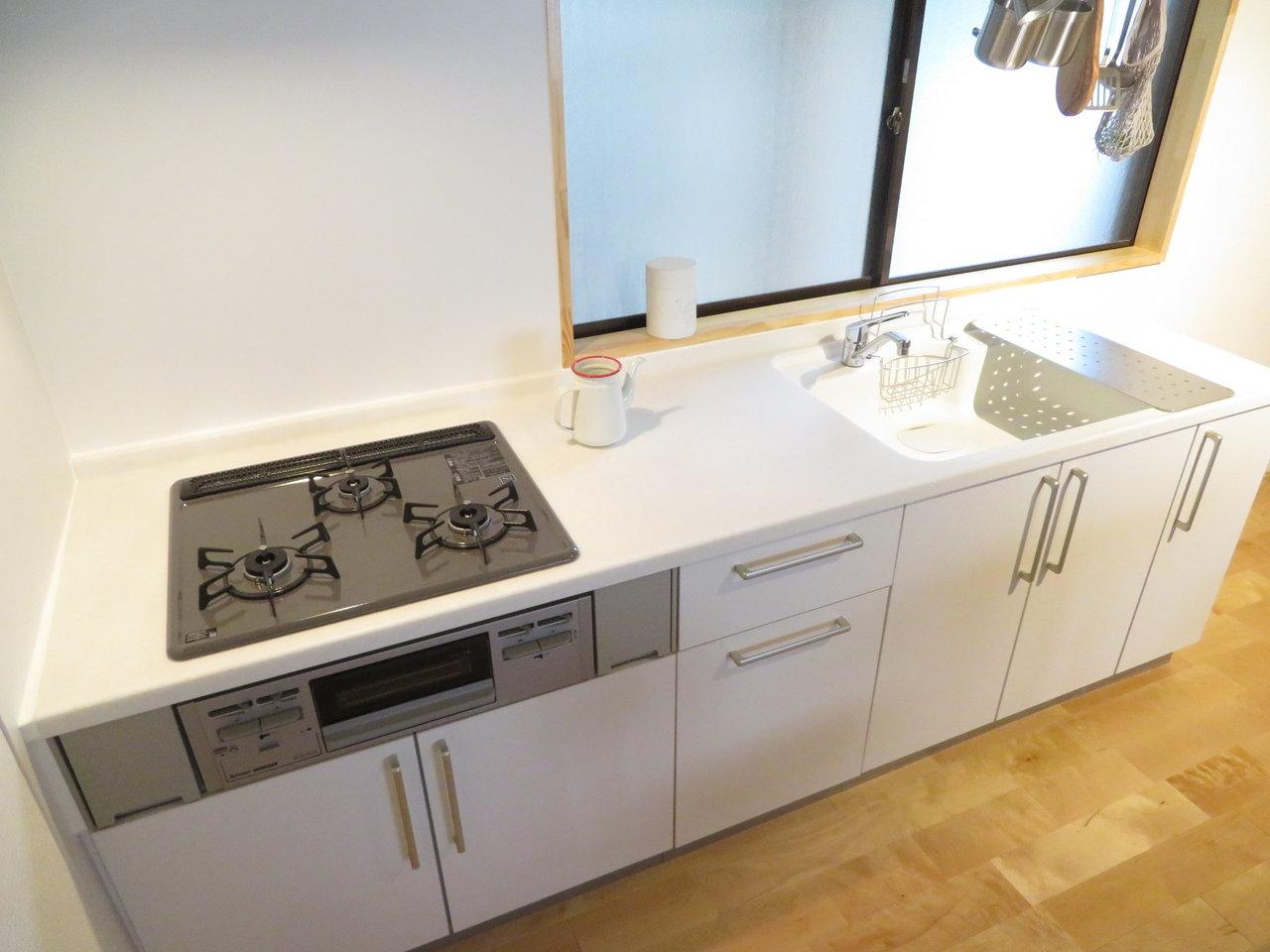 ママが気になるキッチンも、goodroomのオリジナルデザイン。白を基調としているので、汚れが目立たず、かつ部屋の中の印象が明るく感じられますね。