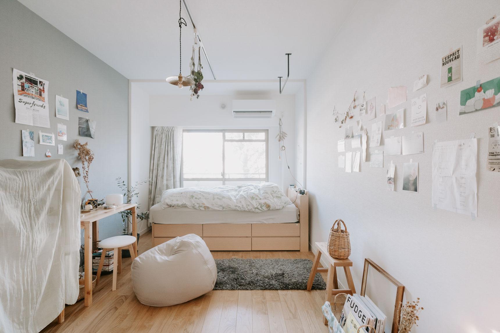 7畳ほどのお部屋で、ベッドやデスク、棚などは、前に住んでいたお部屋からそのまま持ってきたものだそう。ちょうど床の色とも合うナチュラルな色合いで揃っていますね。