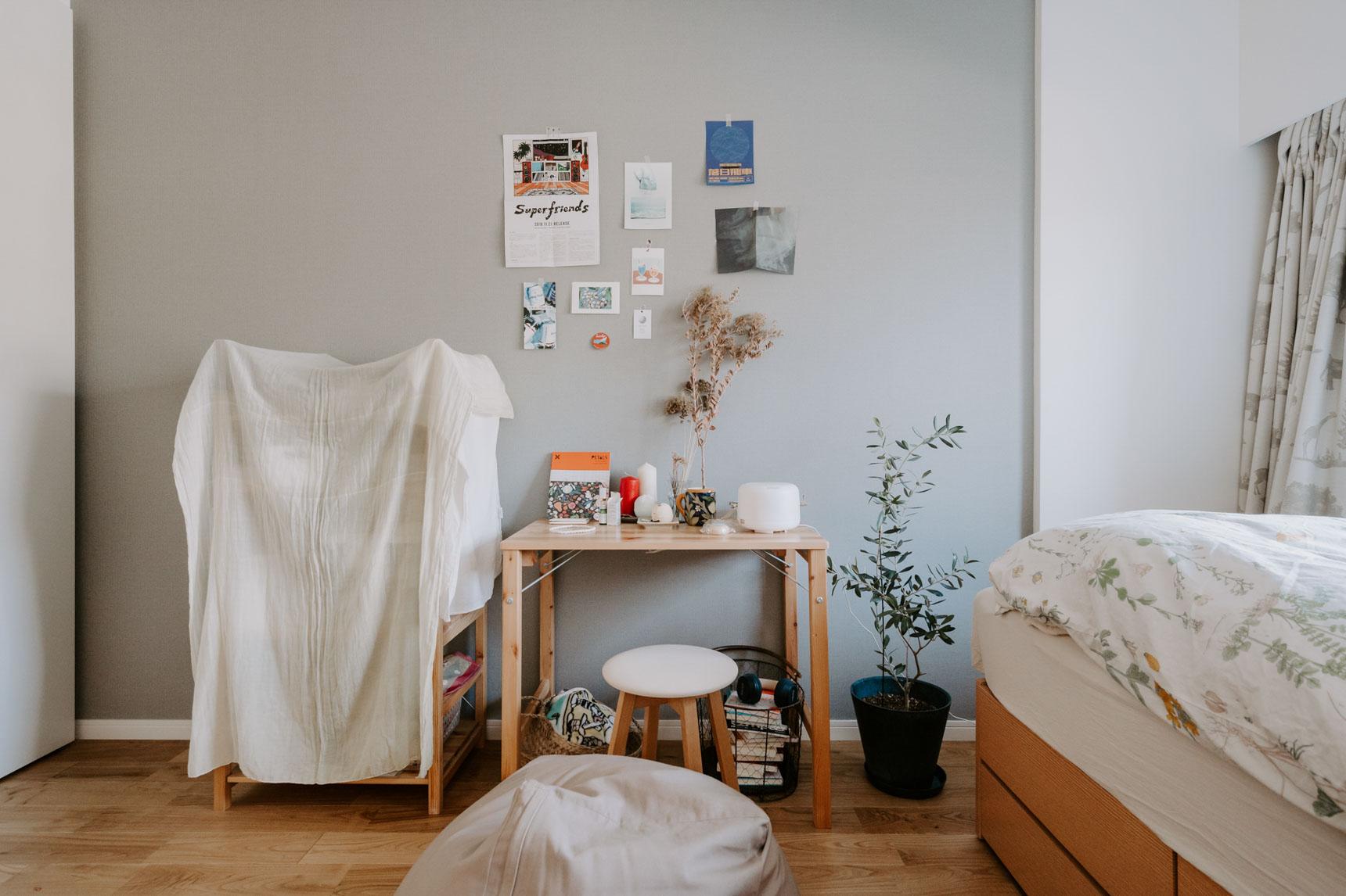 デスクと棚は、無印良品のパイン材の家具。細々としたものがしまってある棚は、布で簡単に目隠ししています。
