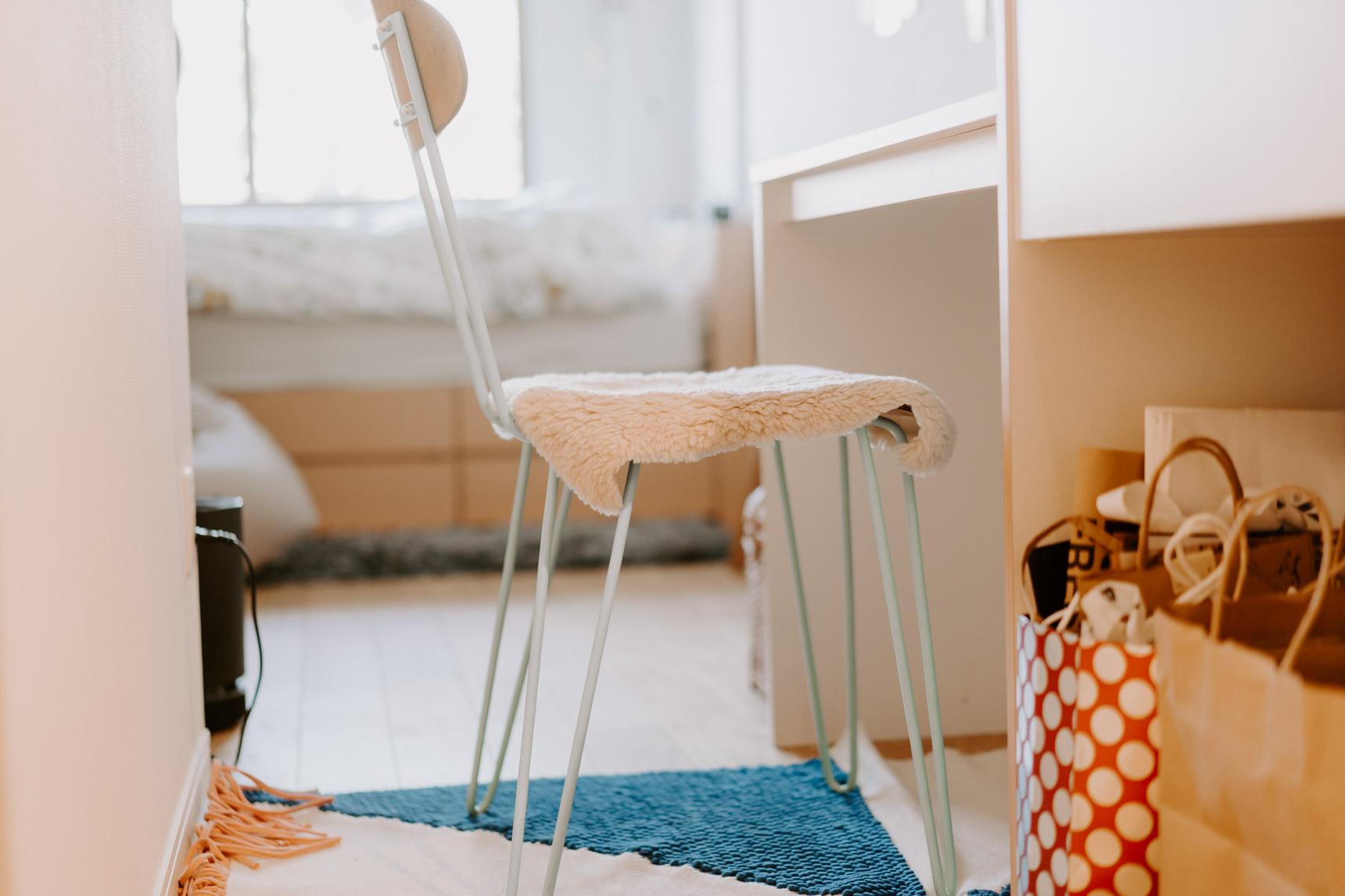 キッチン横のテーブルに合わせている椅子は、NOCEで見つけたもの。合わせているのは、蚤の市で見つけたポルトガル「GUR」のラグ。