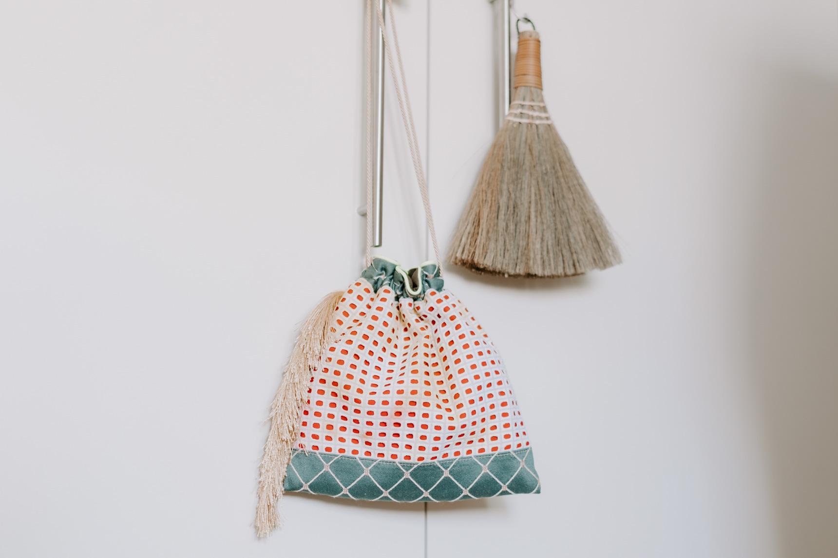 クローゼットの扉にちょこん、とかけてあるのは、「OMEAL THE KINCHAKU(https://www.instagram.com/omeal_the_kinchaku/?hl=ja)」の巾着袋。1点ものが多くポップアップストアなどでしか買えないため、念願叶って手に入れたものだそう。