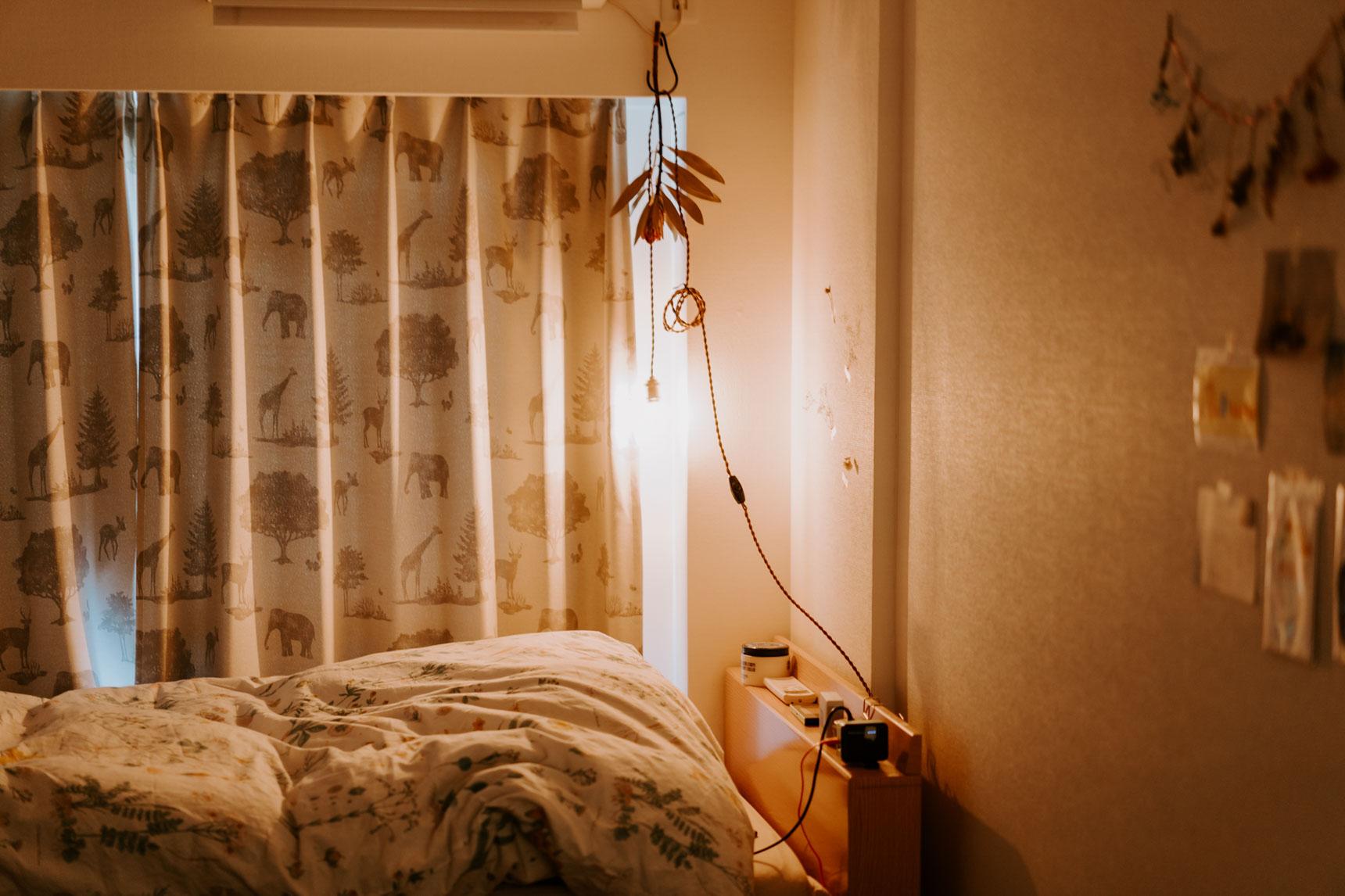 照明の使い方も上手でした。夜、寝る前の照明は、エアコンのコードを利用して(!)フックにひっかけたエジソンランプ。