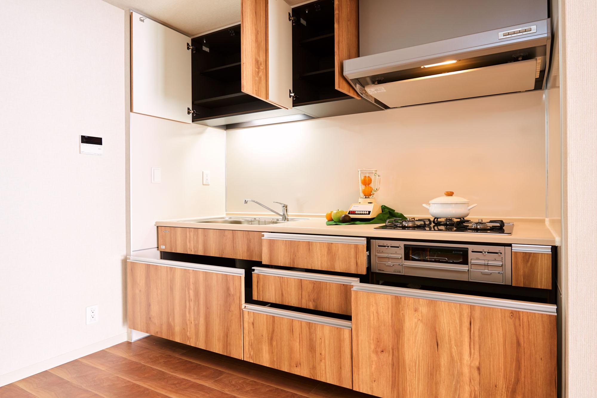 収納は使いやすい引き出し式です。キッチン道具も器も、ここだけで十分しまえそう。