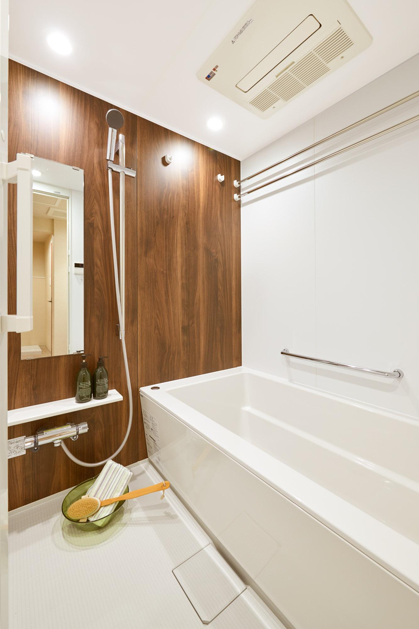 そしてこちらがお風呂!壁の一面には木目調のアクセントパネル、浴槽もおしゃれなものになっていて、洗練されたイメージです。