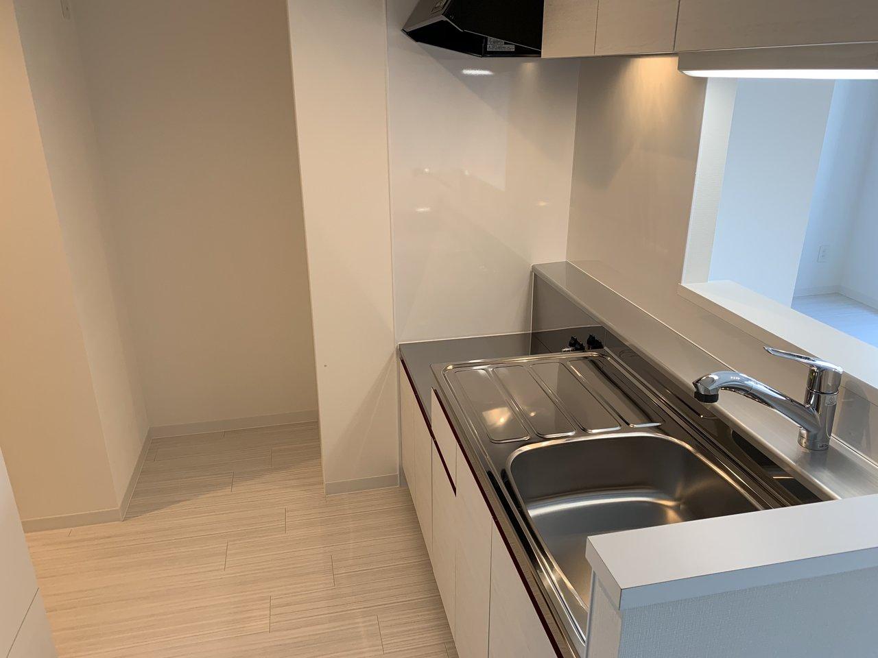 キッチンもかなりゆとりがあります。作業スペースがあって、シンクも広々。カウンターキッチンタイプなのでリビングを眺めながら料理ができます。ガスコンロは自分の好きなデザインのものを持ち込みましょう。