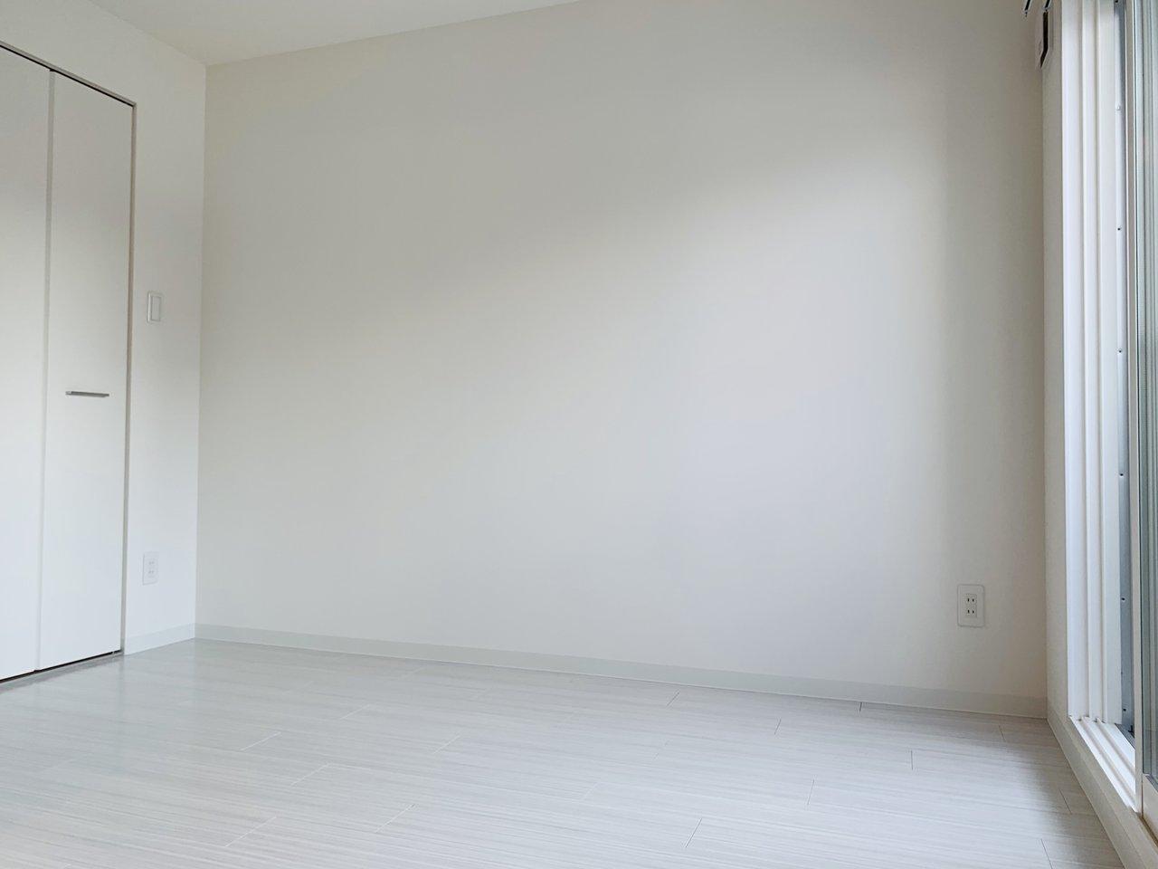 洋室は4畳と少しコンパクトですが、その分大き目のウォークインクローゼットがあります。使わない荷物や洋服はすべてそこへ収納して、この部屋はベッドを置くだけにして生活しましょう。
