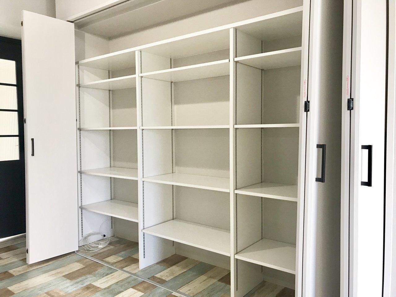 リビングにある収納スペースはこんなに広々!仕切りをうまく活用して荷物を入れていきましょう。さらに寝室奥にはウォークインクローゼットもあります。こちらは洋服をしまう、など使い分けるといいですね。