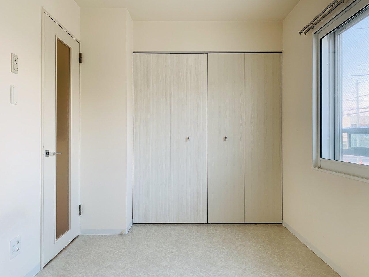 玄関を挟んで向こう側に、もう一つのお部屋があります。リビングとしっかり分けられているので、お友達が遊びに来た時も生活感ある状態を見せずに済みそうです。