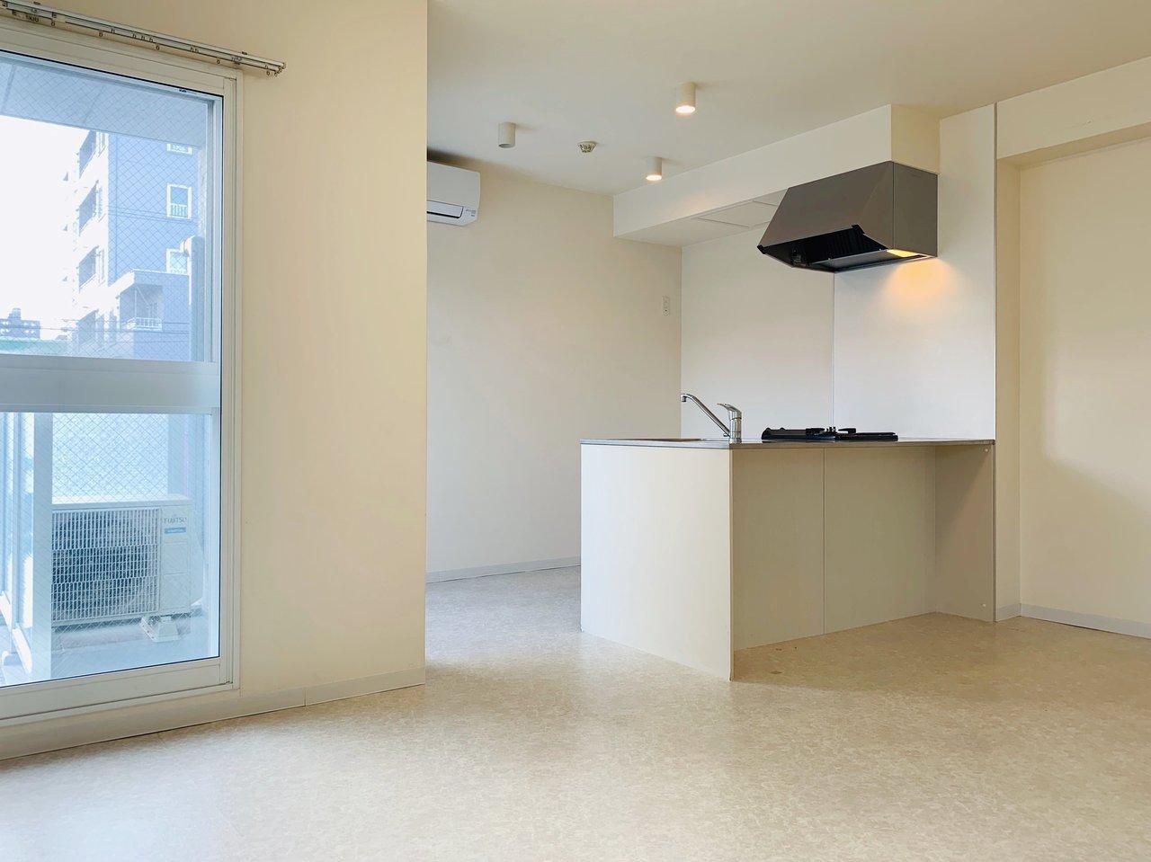 全体的に白がベースカラーとなった1SLDKのお部屋。清潔感があって、とっても気持ちが良いんです。窓は南向きについているので、部屋全体が明るい印象になっています。