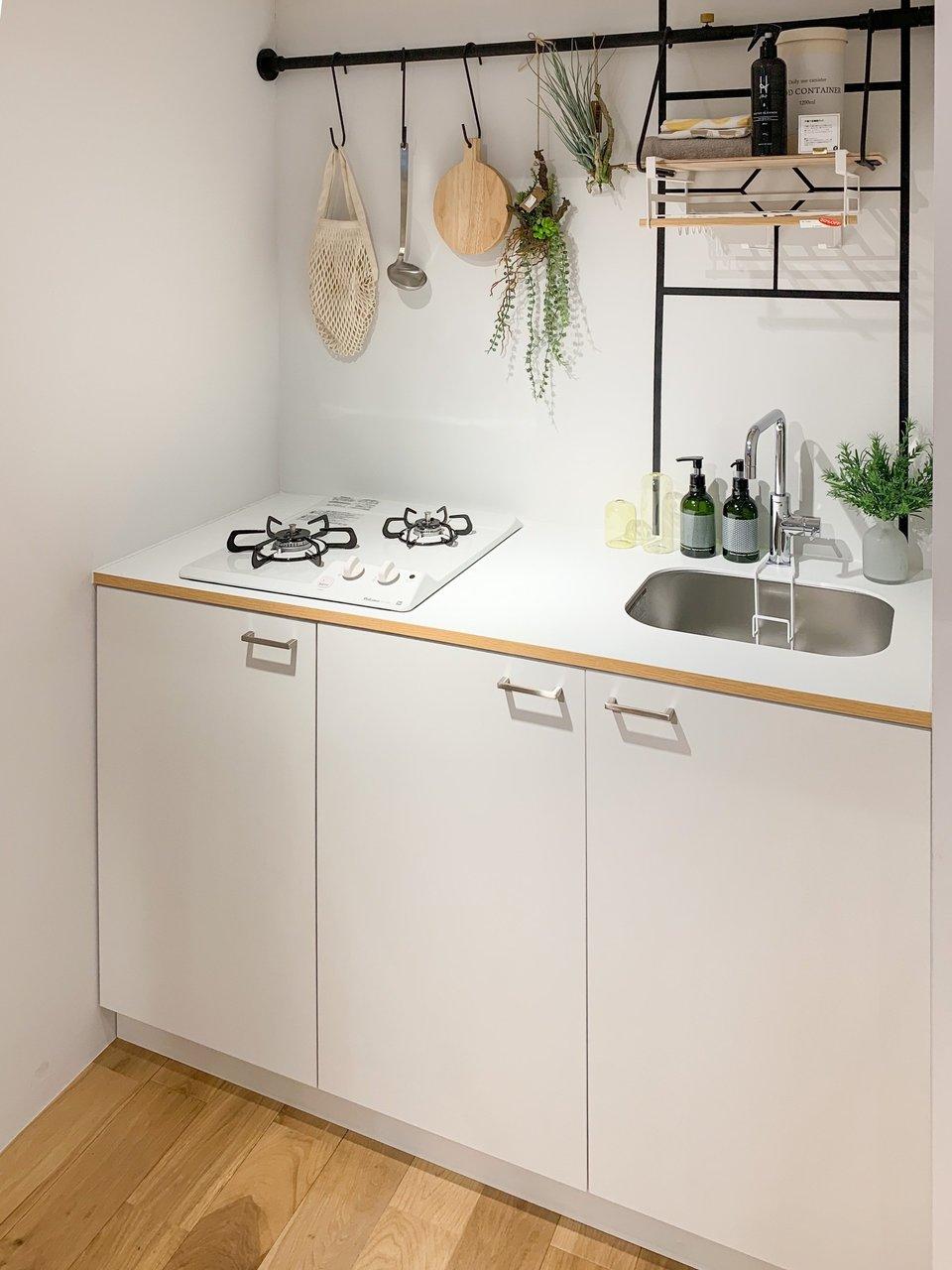 キッチンも、コンパクトながらTOMOSデザインで大胆にリノベーション。二口コンロがついて、下段には収納スペースも。自炊生活もこのくらいあれば十分、ですね。