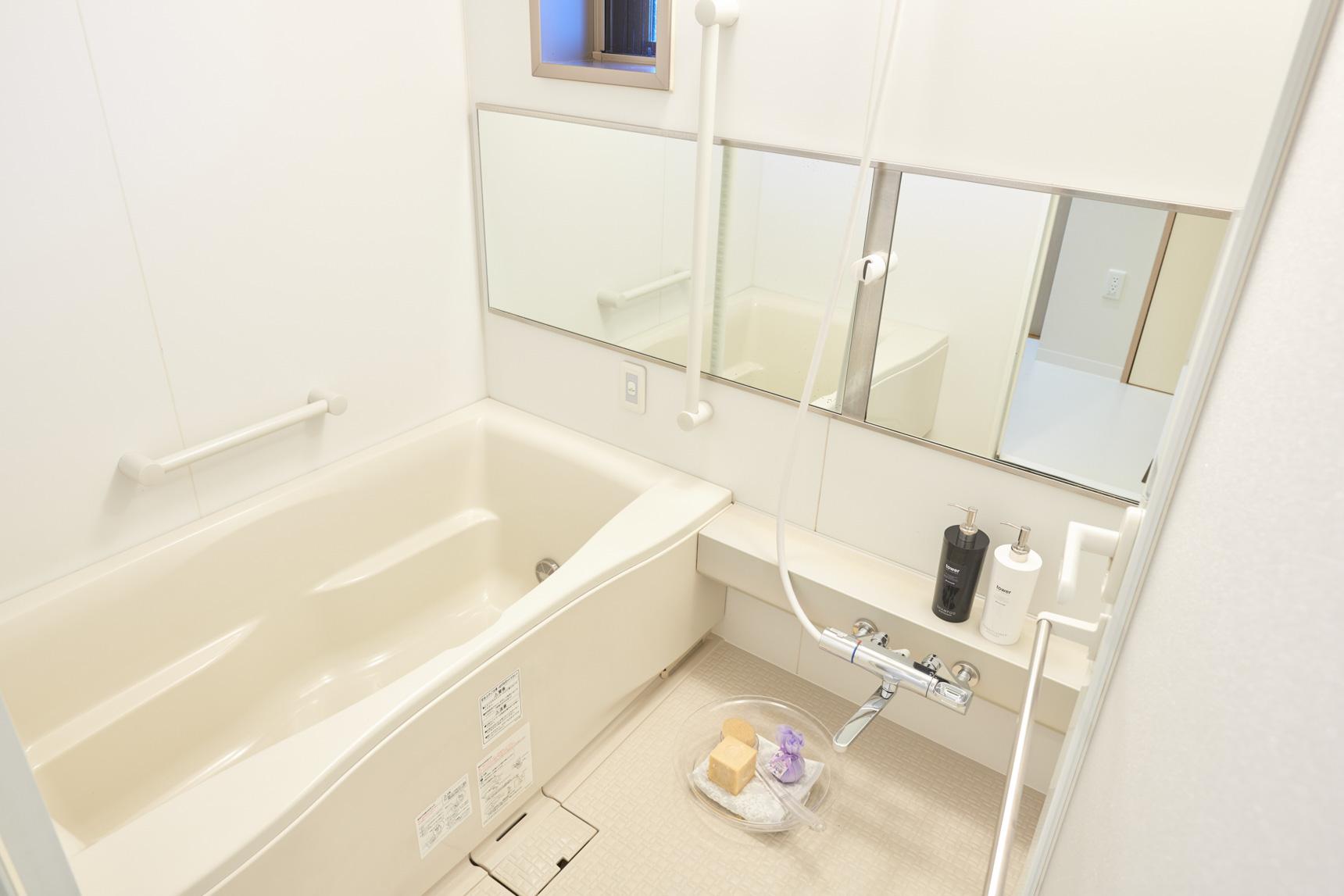 バスルームもこのゆとり。しっかり足を伸ばして入れる浴槽に、浴室乾燥などの嬉しい機能もついています。