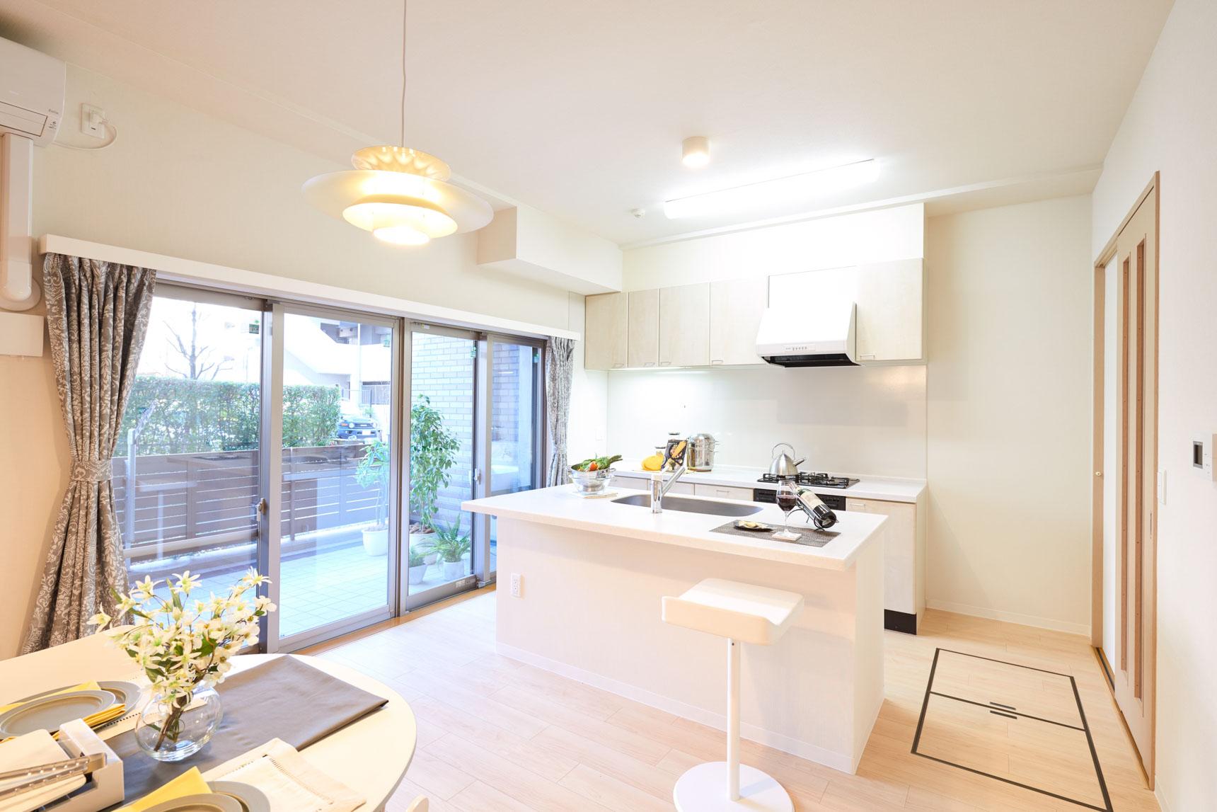 LDKには、使いやすくデザインもシンプルな、コンロとシンクを分けて2列に配置したキッチン。