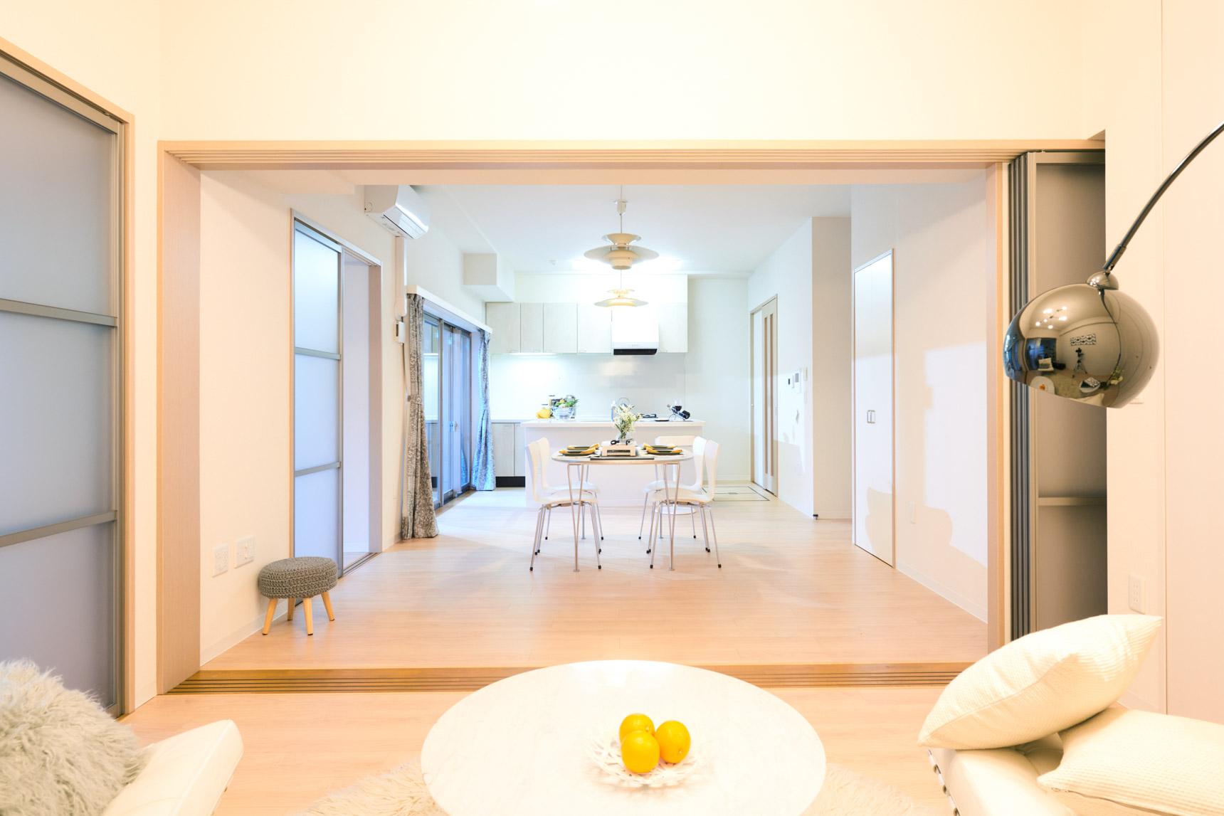 15.8畳のLDKの隣には、6.7畳の洋室があり、引き戸をあけて使うと20畳以上の広い空間に。