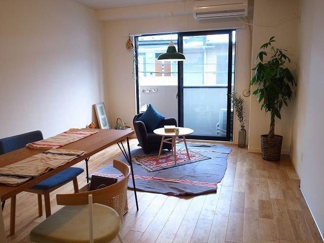 goodroom のモデルルーム写真でよく登場する、小さな一人がけソファと丸いテーブルはIDEEのもの。小さなワンルームのお部屋でも使いやすく、ポイントにしやすいアイテムです。