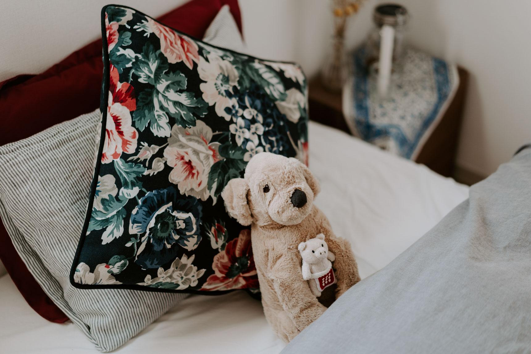 unicoで買ったお気に入りのラグをメインに、合わせる布を決めていったというおにょこさん。特に気に入っているベッド周りは、深みのあるカラーのクッションや
