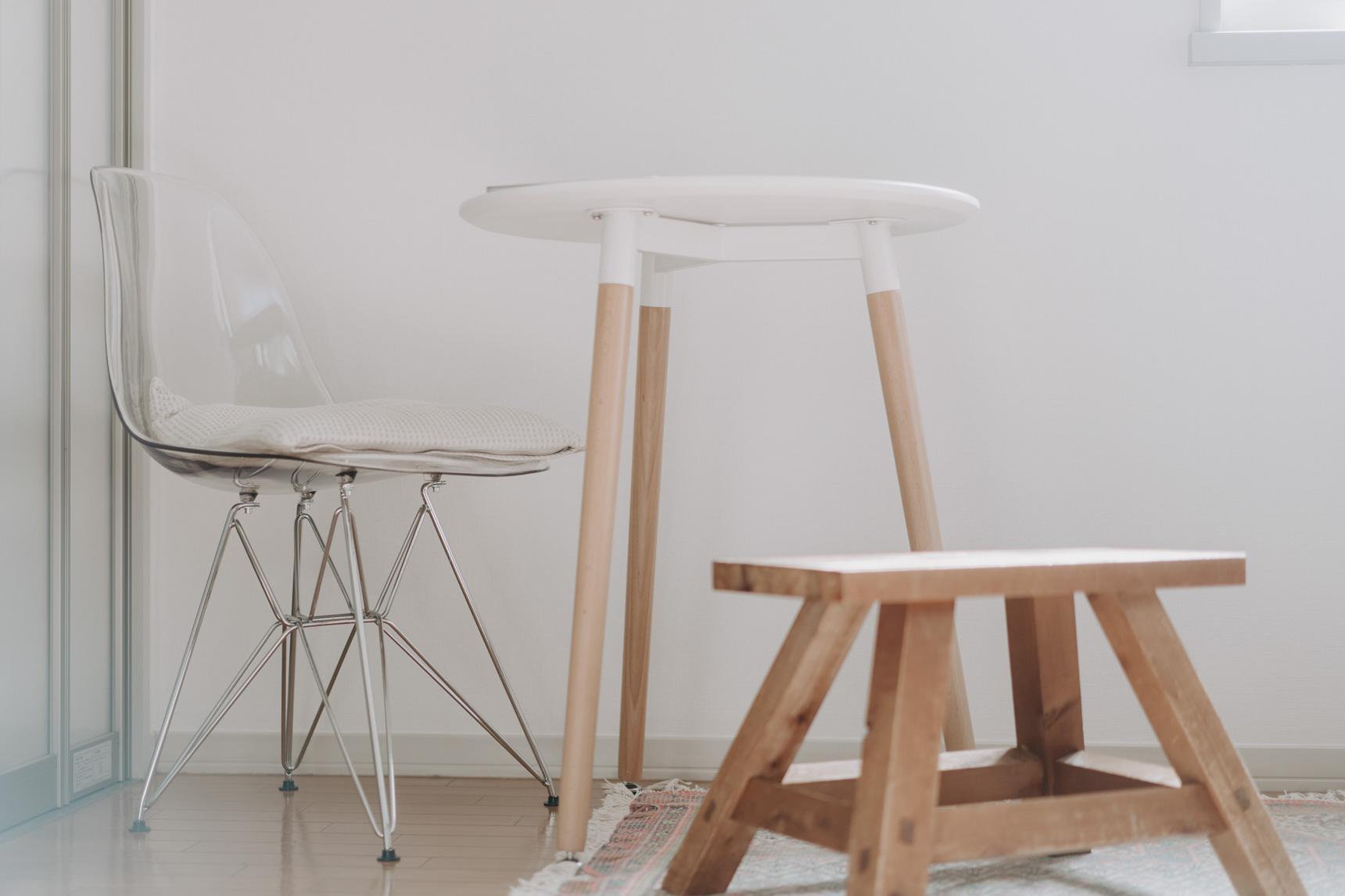 お引越しにあたって買い足したのは、こちらのイームズリプロダクトのチェアとテーブル。一人暮らしにとてもちょうどよいサイズ感が気に入っています。