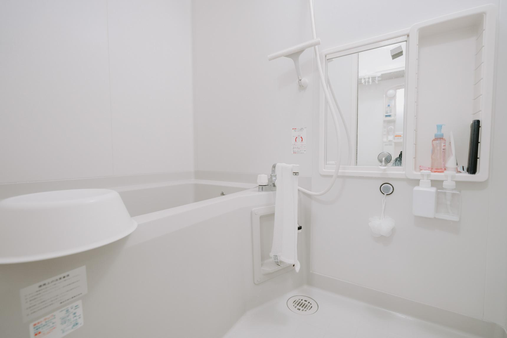 お風呂場もスッキリ整頓。シャンプーボトルなども全て浮かせておいてあるため、しっかり乾きます。