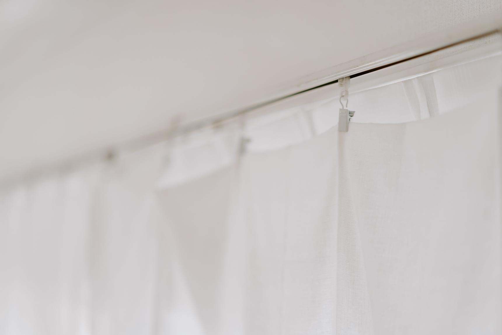 カーテンは真っ白でシンプルに。ユザワヤで買った布にタックを寄せながらクリップで止めただけ。