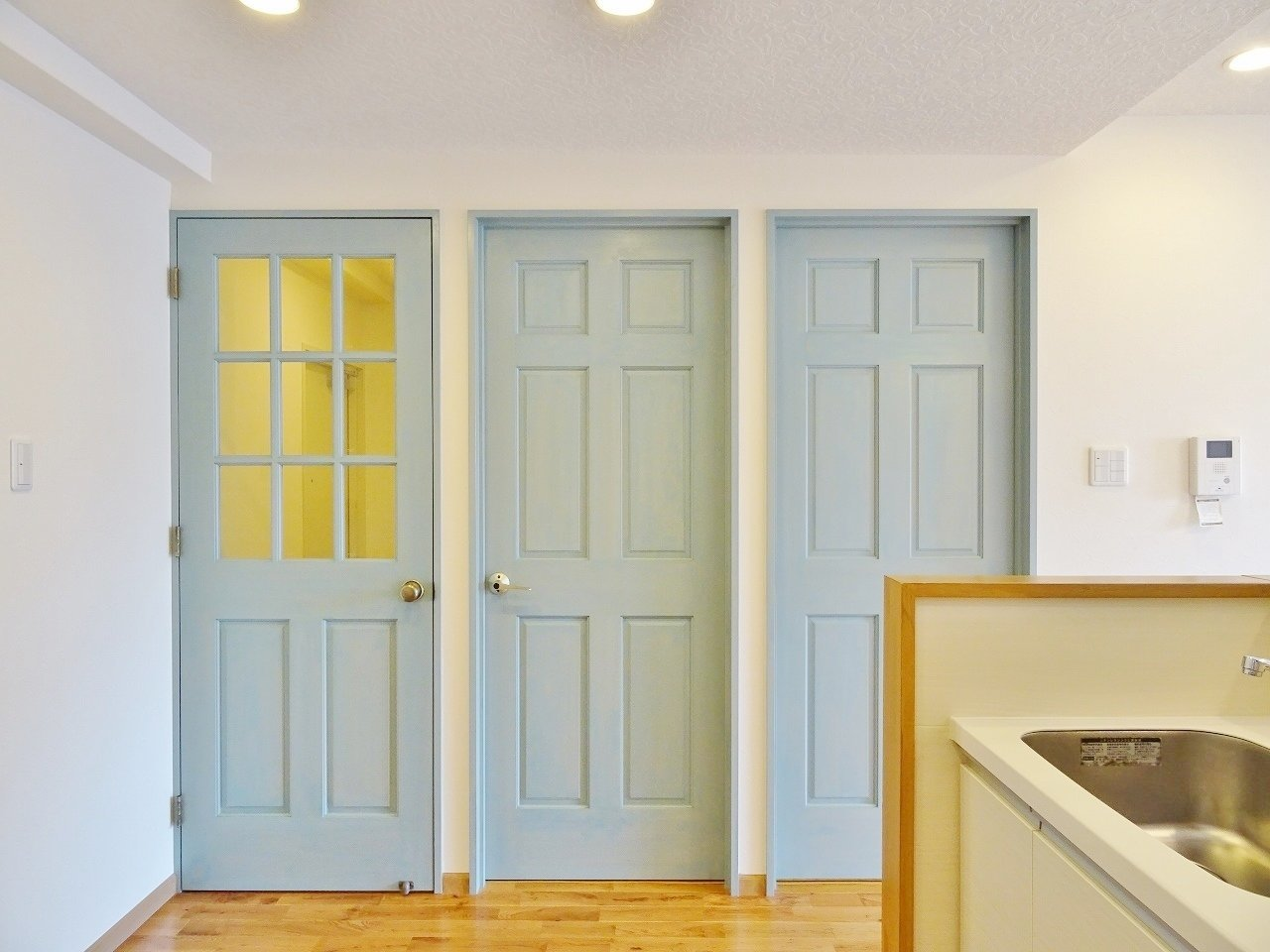 なんといっても気になるのがこの扉デザイン。水色が映えますね。ほかにも洗面台に丸い鏡が付いていたり、リビングのクロスもナチュラルなものだったり。おしゃれな部屋にこだわりたい方におすすめです。