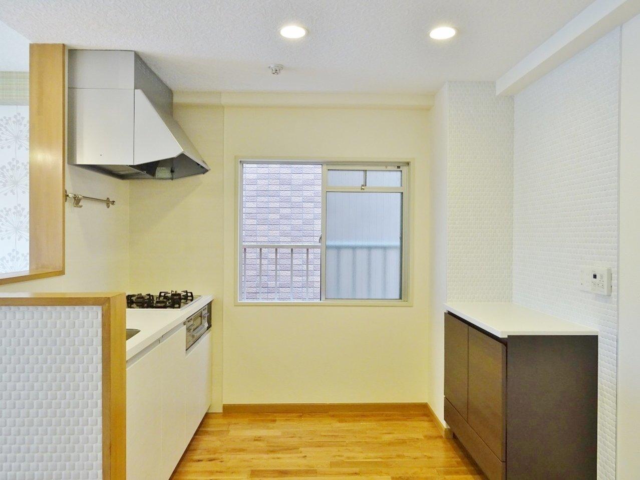 キッチンもこの余裕のある広さでシステムキッチン搭載。機能面でも、デザイン面でも見劣りしないお部屋なんです。