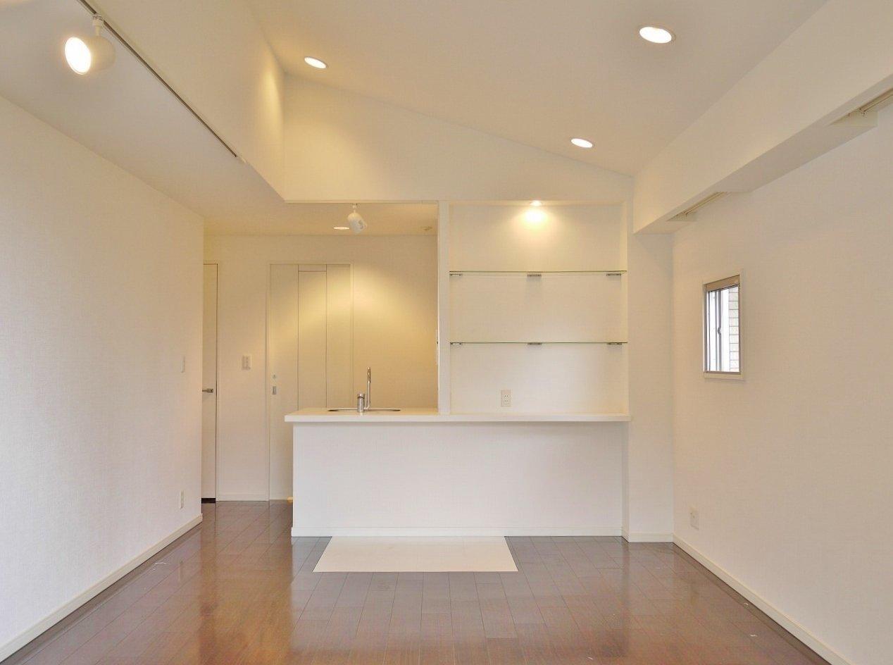 天井が高くて開放的なリビングがうれしい、ワンルームのお部屋。ここだけで14.6畳。一人暮らしには十分。どんな家具でも大きさを気にせず置けそうです。
