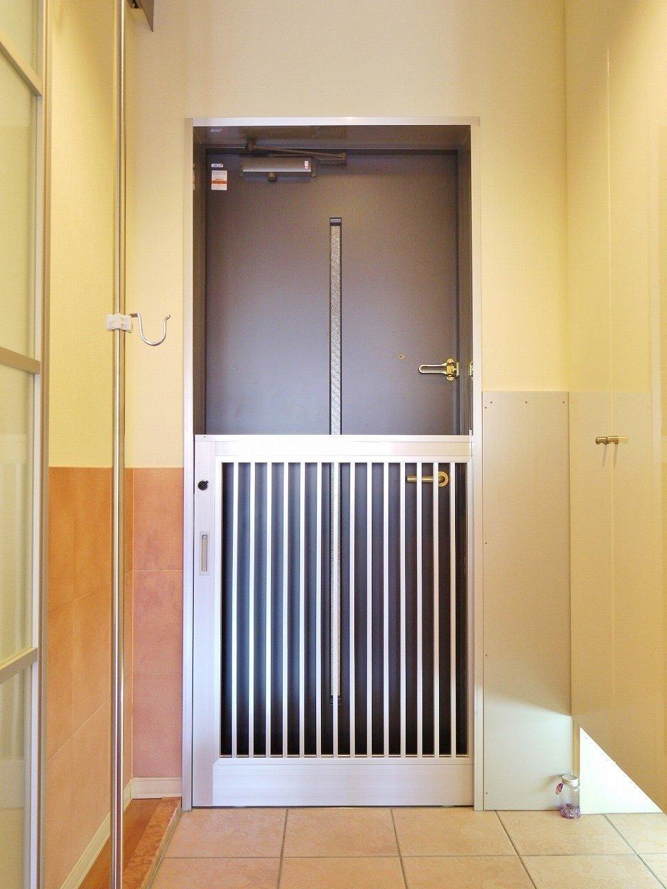 さらに玄関のところにも、ご主人が出入りする際に出てこられないように扉が二重になっています。