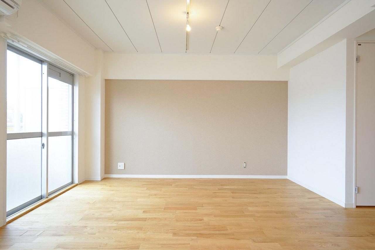 TOMOSのおすすめポイントのひとつは、床が全室無垢材を使用している、というもの。こちらの部屋はヤマグリを使用しています。クロスがナチュラルカラーなのも特徴です。(※画像は完成イメージです)