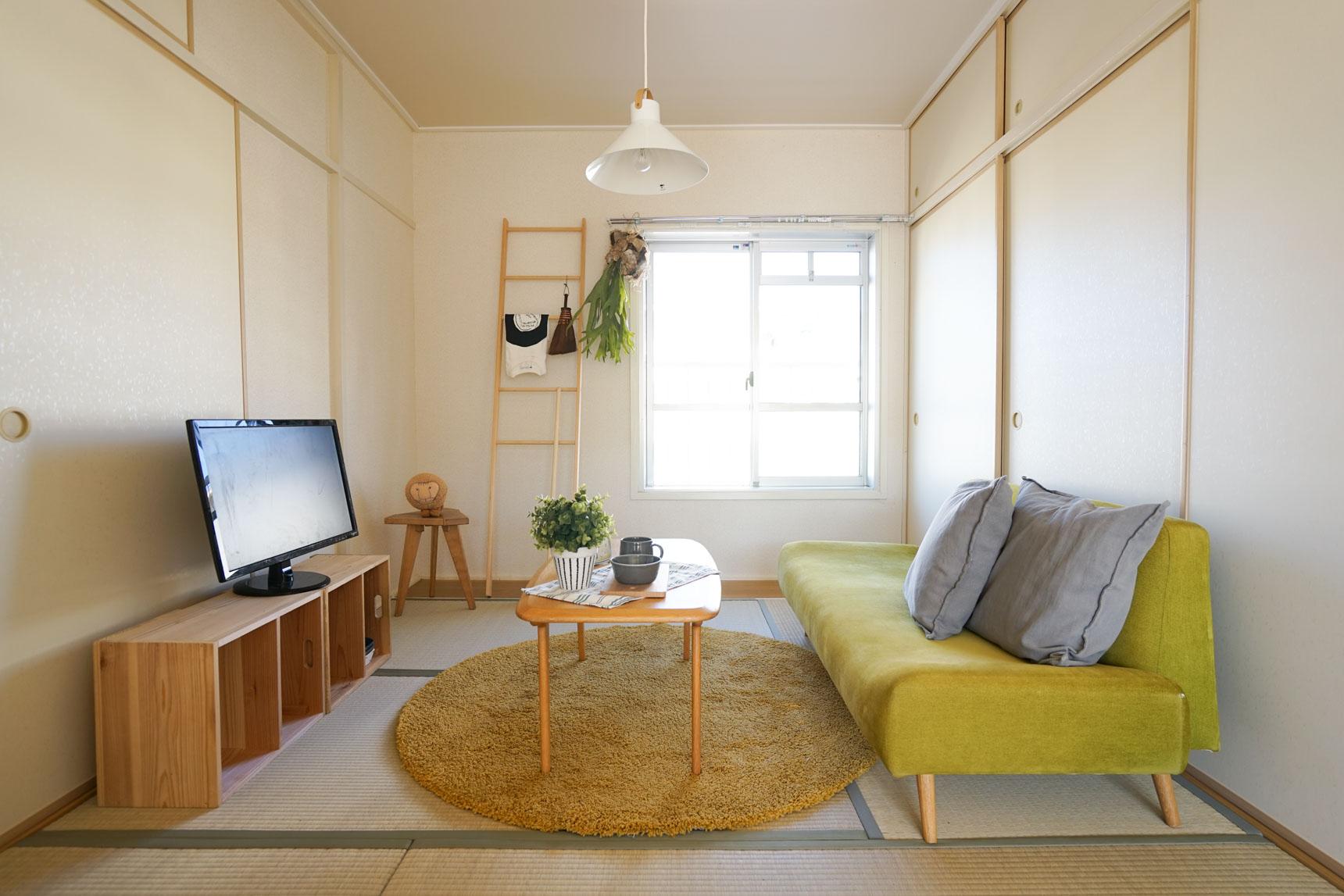 ポイントは、「明るい色味」の家具を選ぶこと。木の色も、ウォルナットなどのダークなものより、パインやオークなど明るいものが似合います。