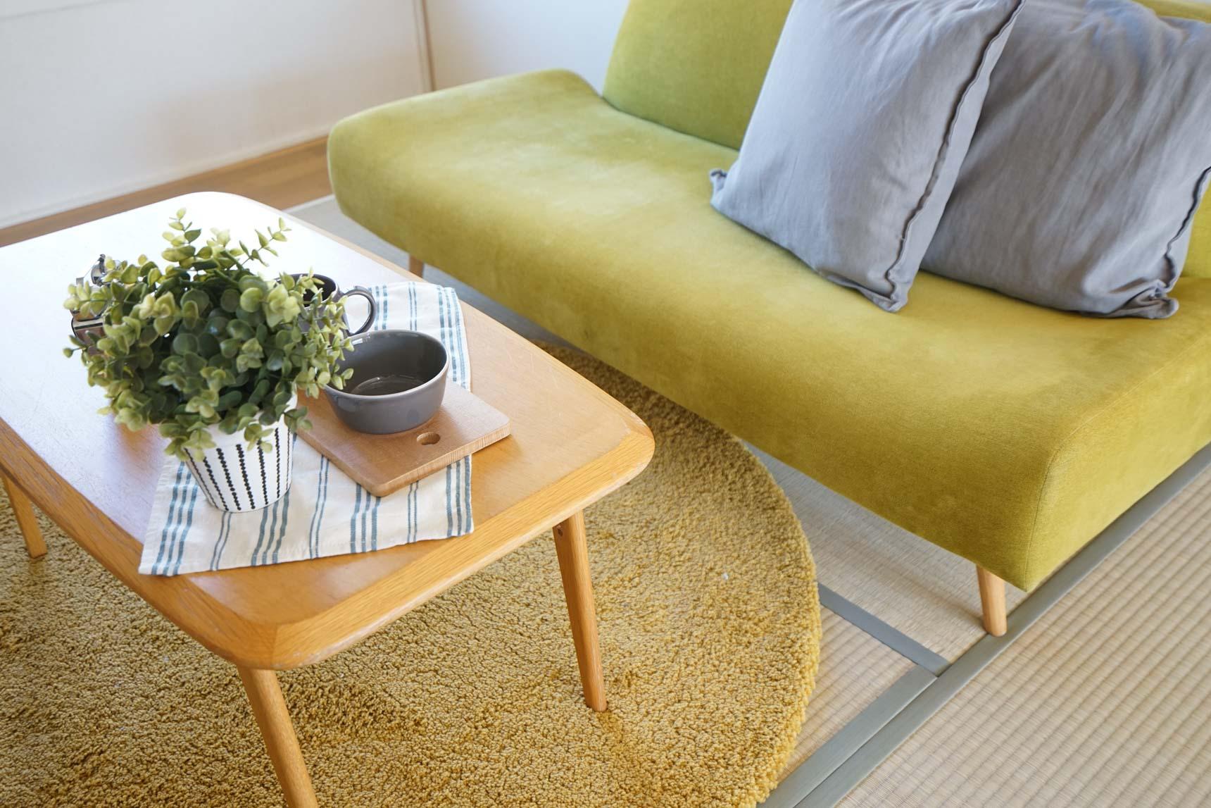 ソファやテーブルも丸みのあるデザイン、カーペットを合わせるときも円形のものを選ぶとうまくまとまります。