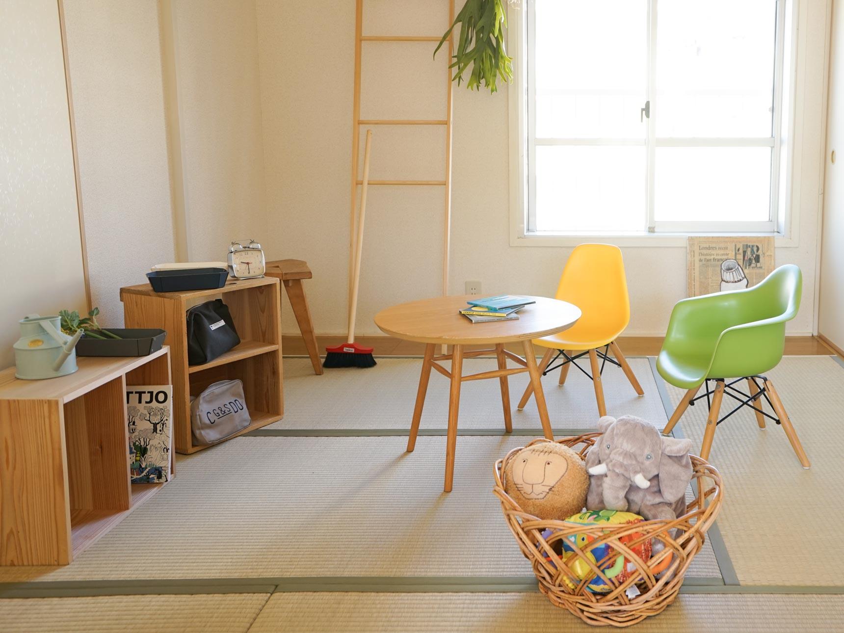 木の家具を中心に、差し色としてポップカラーのアイテムを取り入れましょう。
