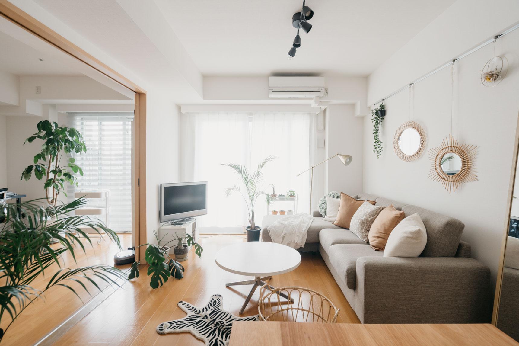 大きくて居心地の良さそうなソファはニトリのもの。他にも、IKEA や H&M HOME などのアイテムを上手に使っていらっしゃいます。