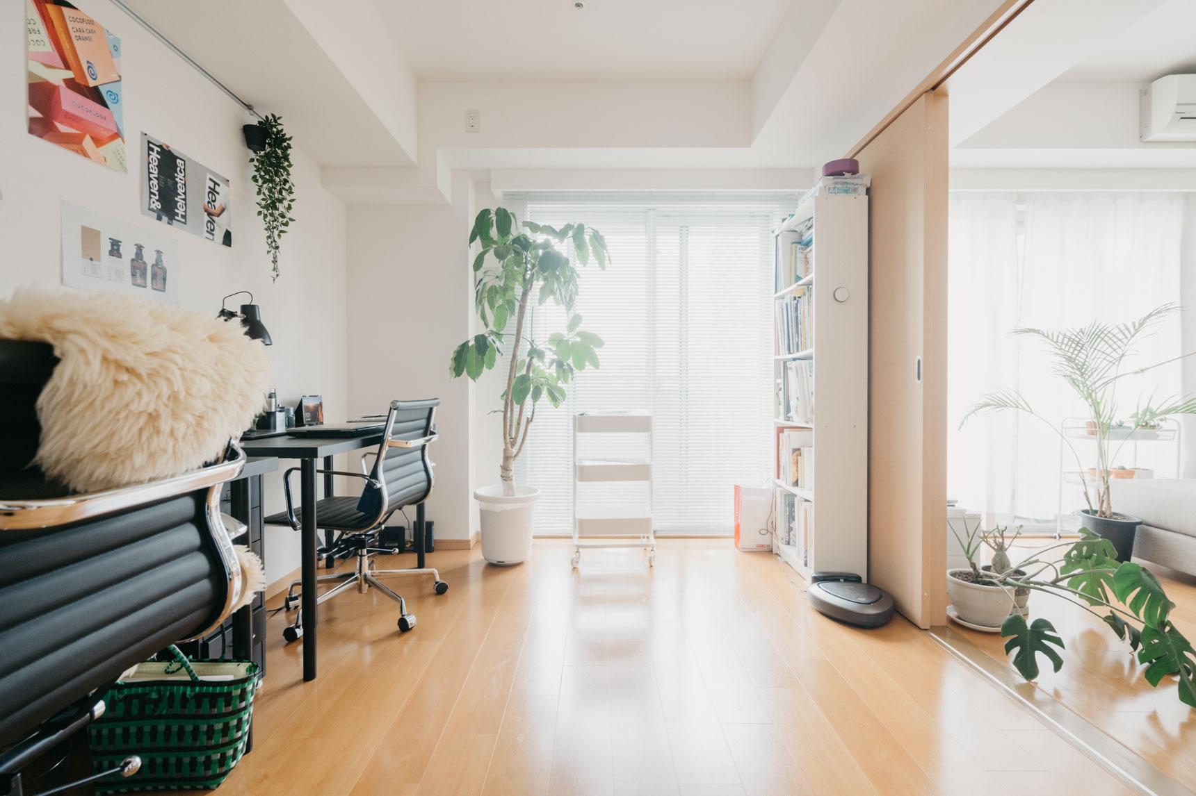 自宅でお仕事をされるため、リビングの横は仕事スペースに。引き戸をあけて使うことができ、広く見える間取りがお部屋を選んだポイント。マンションの高層階にあり、眺望もとてもよく気持ち良いお部屋です。こんなお部屋でお仕事ができたら、捗っちゃいますね。