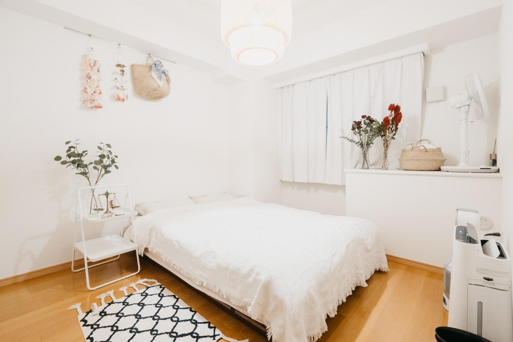 もう1部屋はベッドルーム。こちらも白をベースに、シンプルに整えていらっしゃいます。