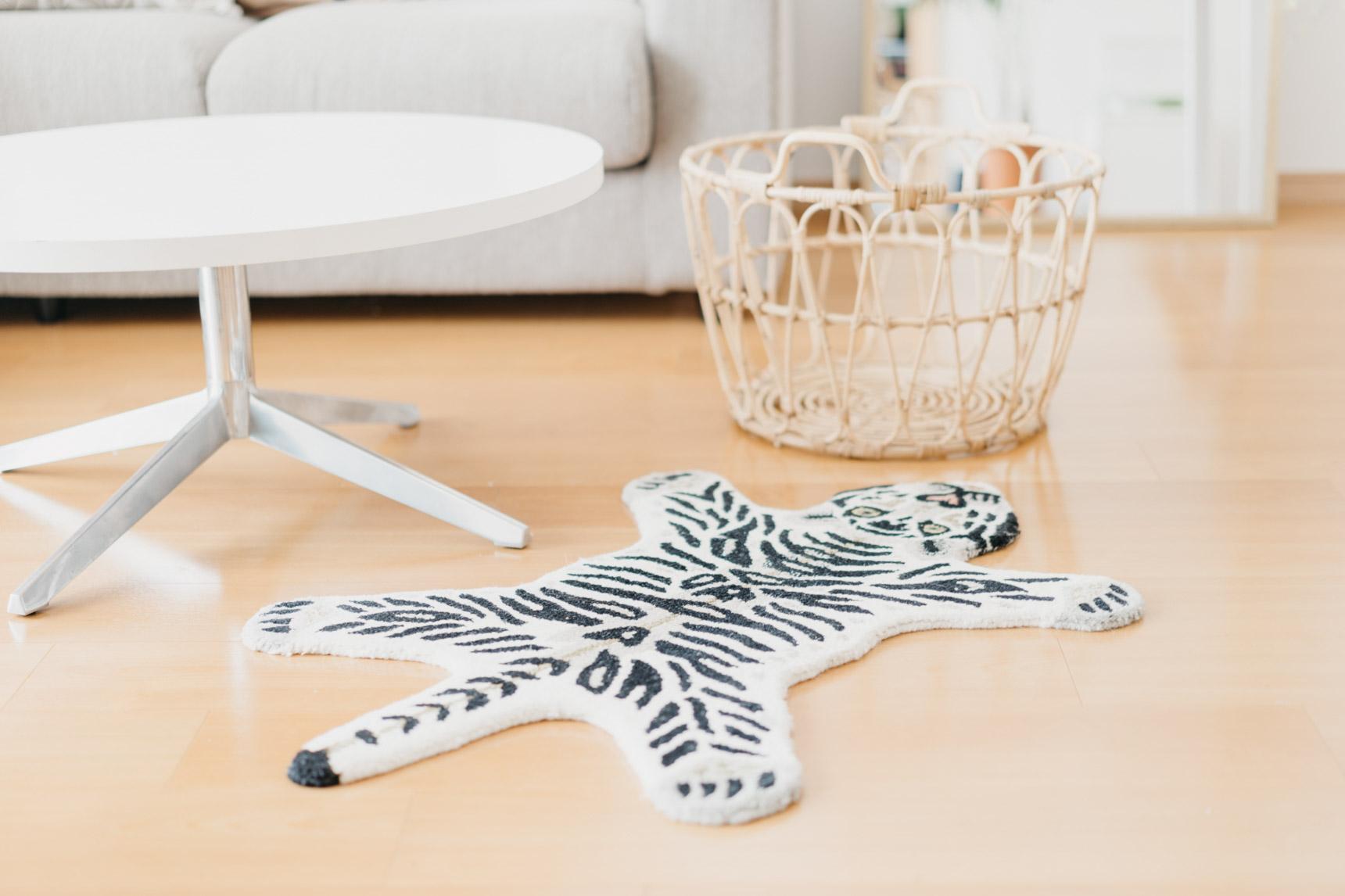 可愛らしいアイテムもところどころ混ぜて、お部屋のポイントに。こちらはunicoで購入したホワイトタイガーのルームマット。