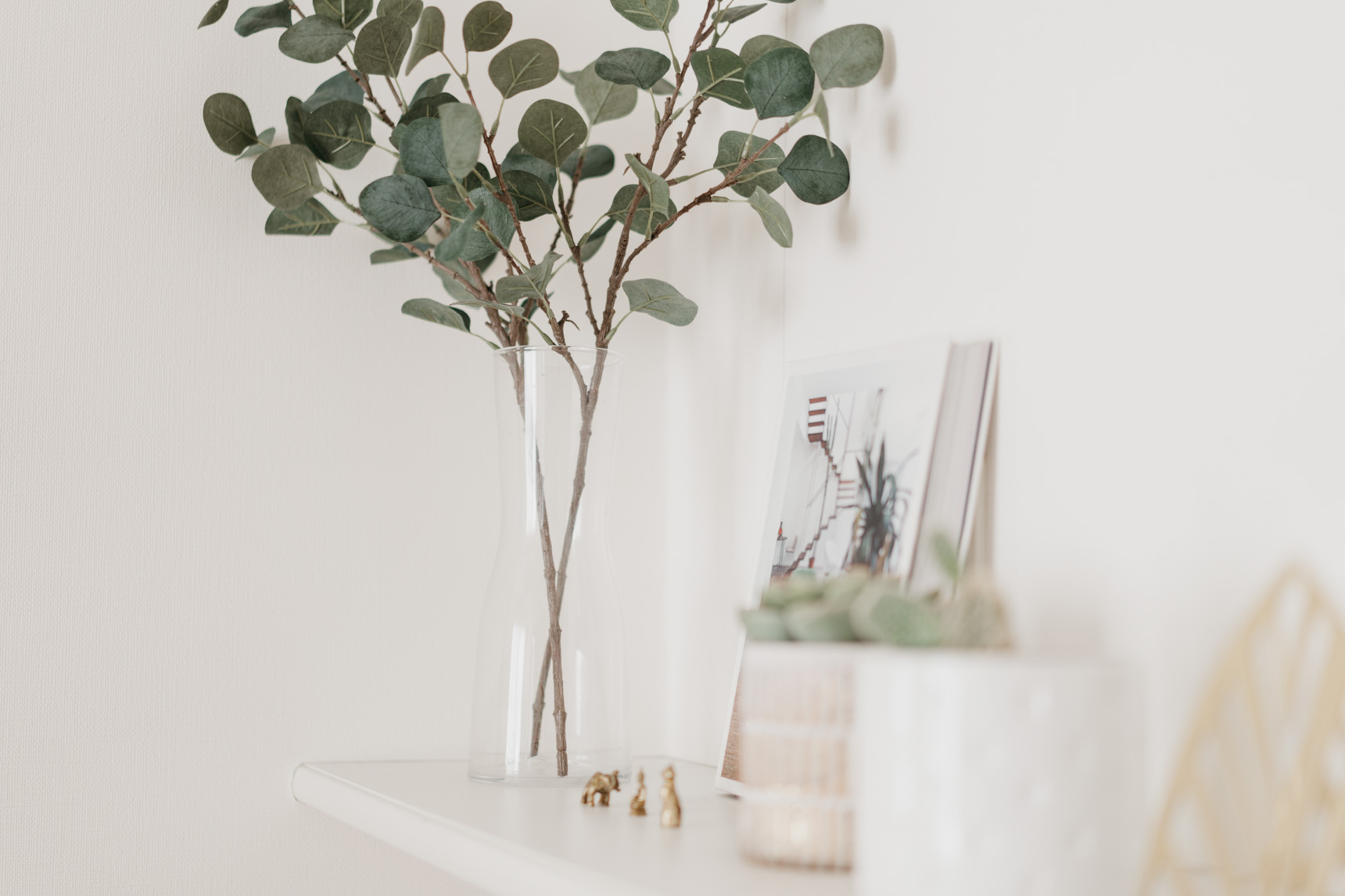 光の当たりにくい場所や、上手に育てるのが難しいツル性植物などは、フェイクグリーンも活用します。パッと見て本物と見分けがつかないくらいですが、これもIKEAで購入できるそう。