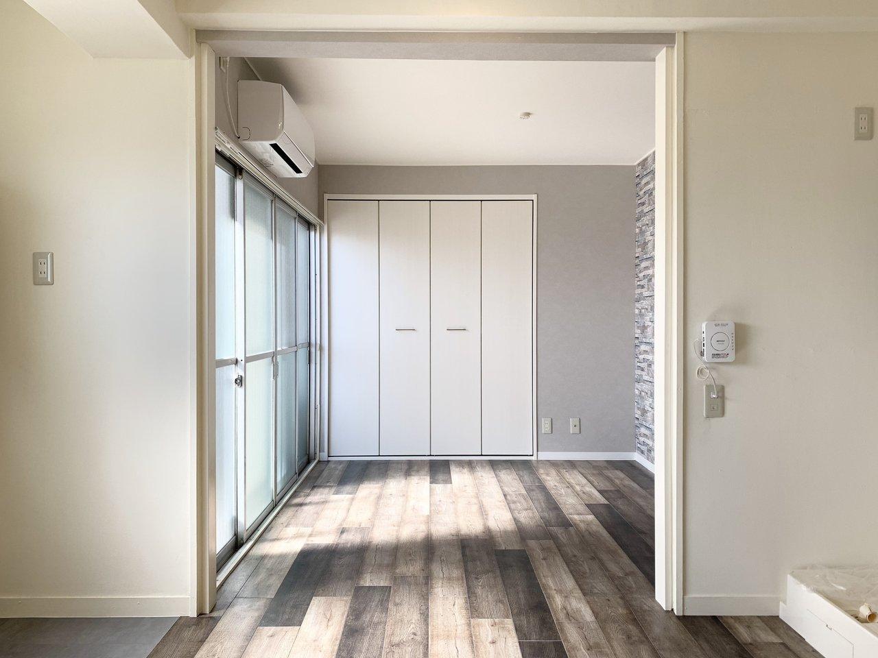 まず初めにご紹介するのは、なんと築67年の古株物件。それでも中はこんなにきれいにリノベされています。あえて古材風の床を使用していて、味わい深さが残るワンルームのお部屋です。