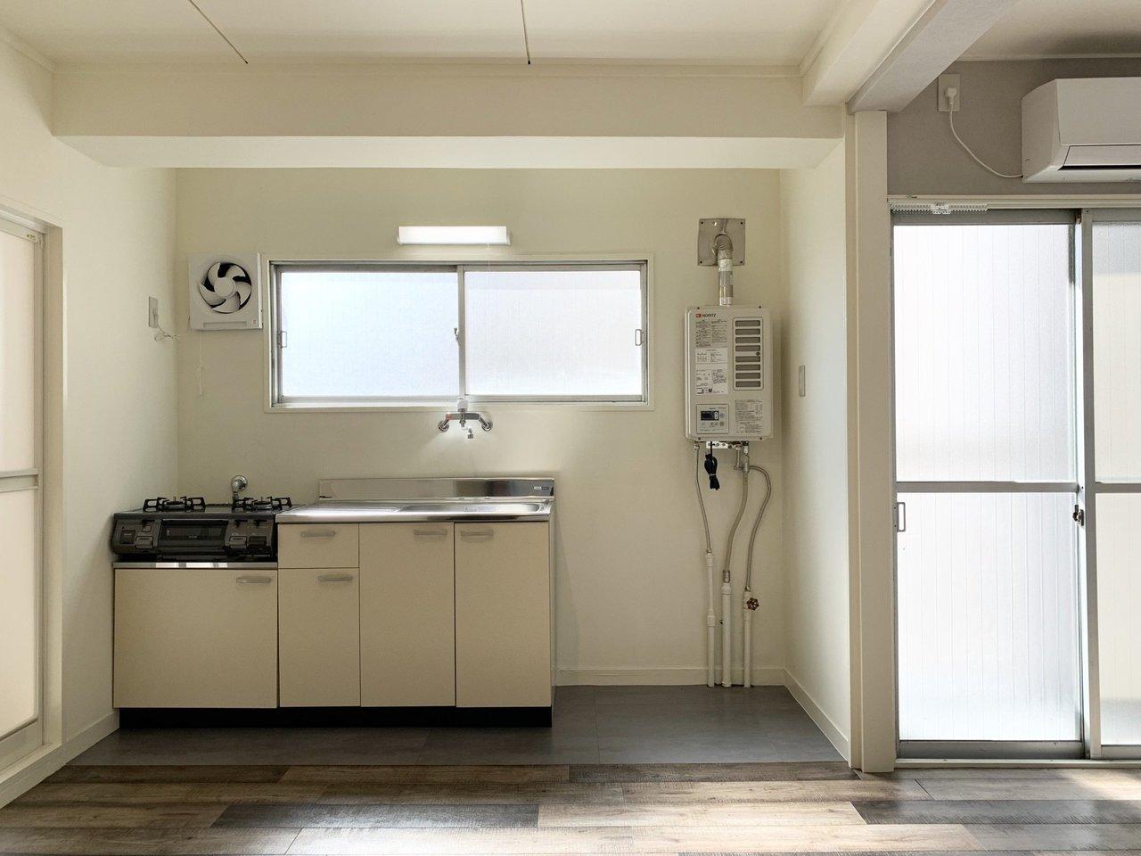 室内だけでなく、キッチン周りにも小窓が付いているので、部屋全体が明るい印象。2口のガスコンロもついていて、作業スペースも広々。自炊派の方にはうれしい設備です。
