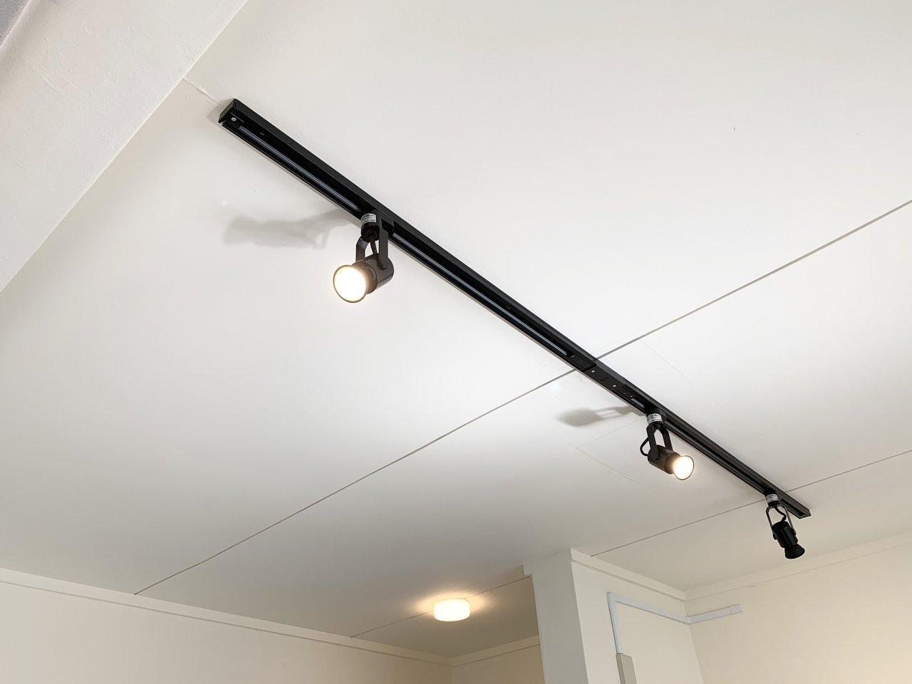 居室の天井には、黒のライティングレールが。グレーをベースカラーとした室内がキリリと引き締まります。