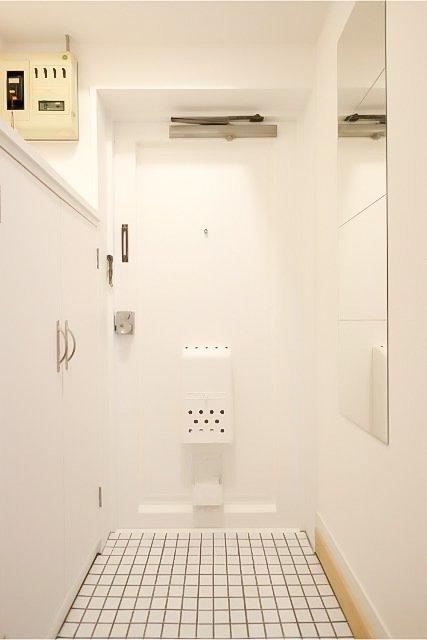 姿見付きの玄関。玄関床の白いタイルも、おしゃれでうれしい。私たちが自信をもってお勧めしたいお部屋です!