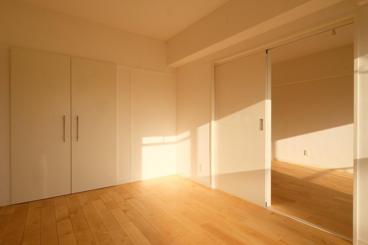 床は光沢や木の模様が美しいバーチ材を使用しています。寝室の方にもあたたかな陽射しが差し込んでいますね。