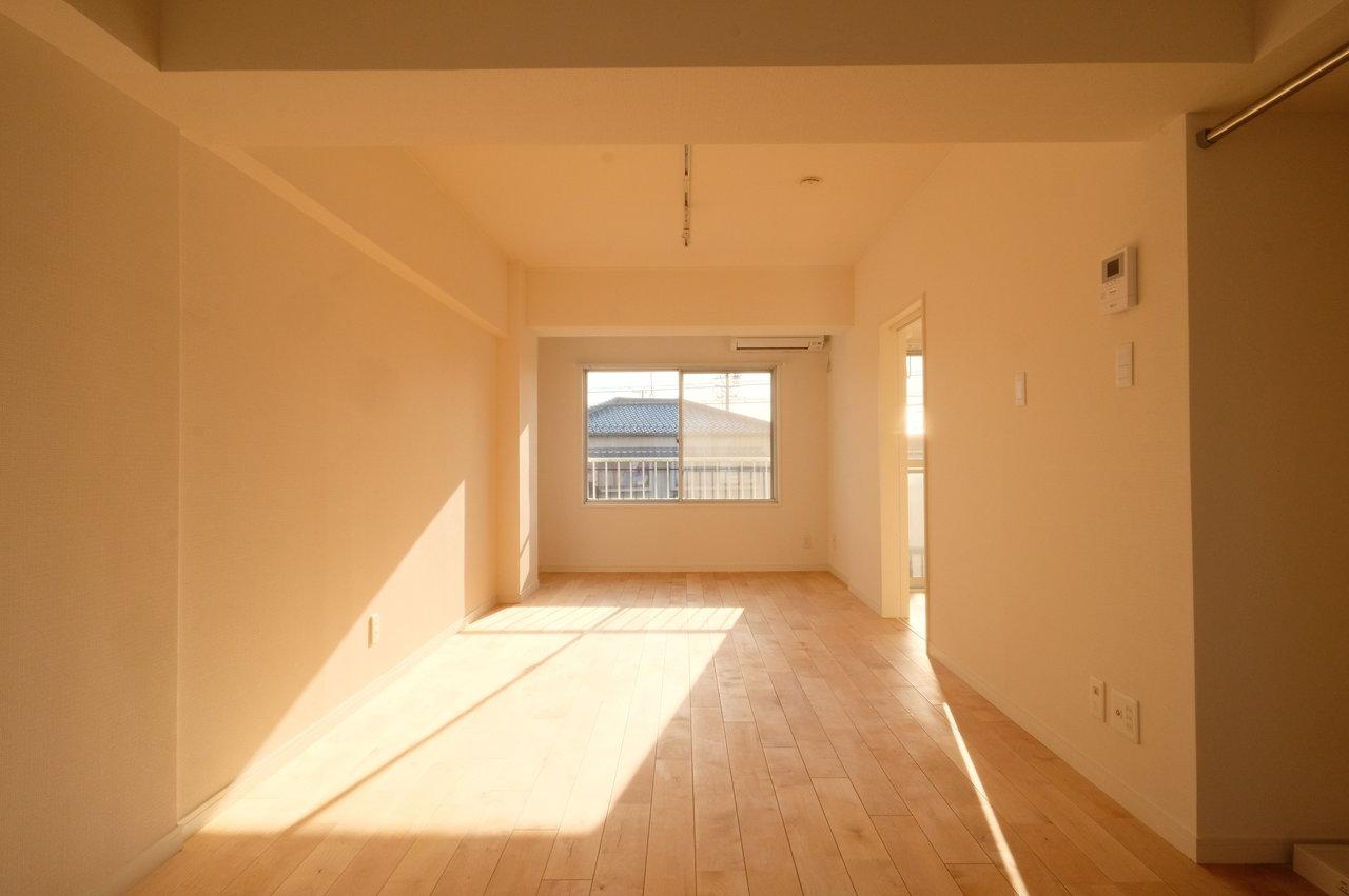 続いては、goodroomのオリジナルリノベーション「TOMOS」で生まれ変わった、築42年1LDKのお部屋です。10畳のリビングと、5.7畳の寝室。ゆったりとした暮らしができそうです。