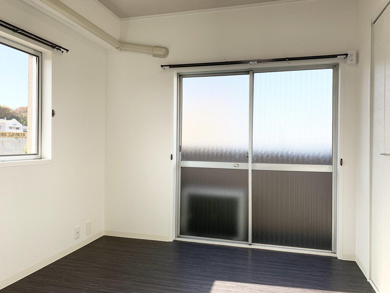 寝室側は2面採光。こちらのお部屋にはコンパクトですがベランダがついていますよ。