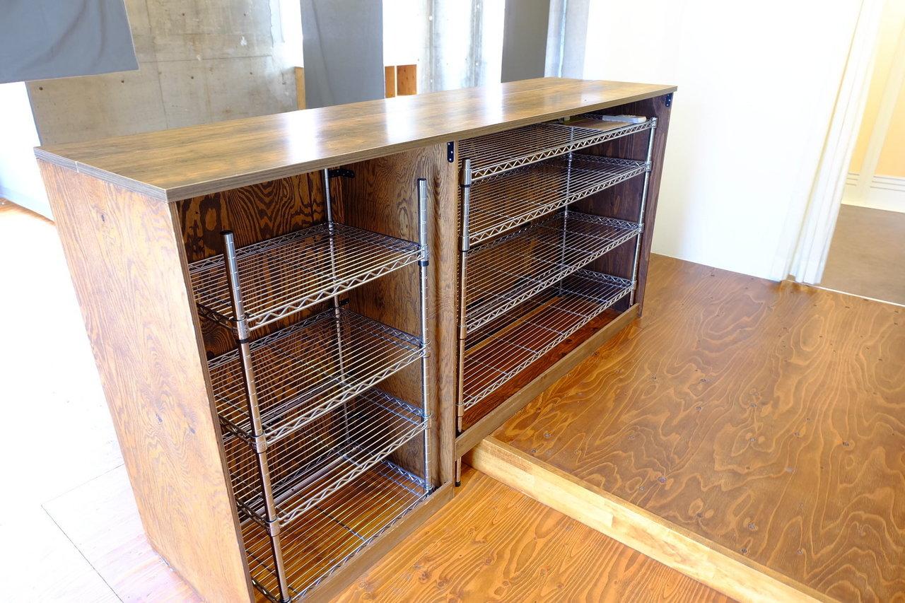 キッチンカウンターとして存在感を放っている木の棚は、内側にスチールラックが入っているので収納スペースとして大活躍しそう。