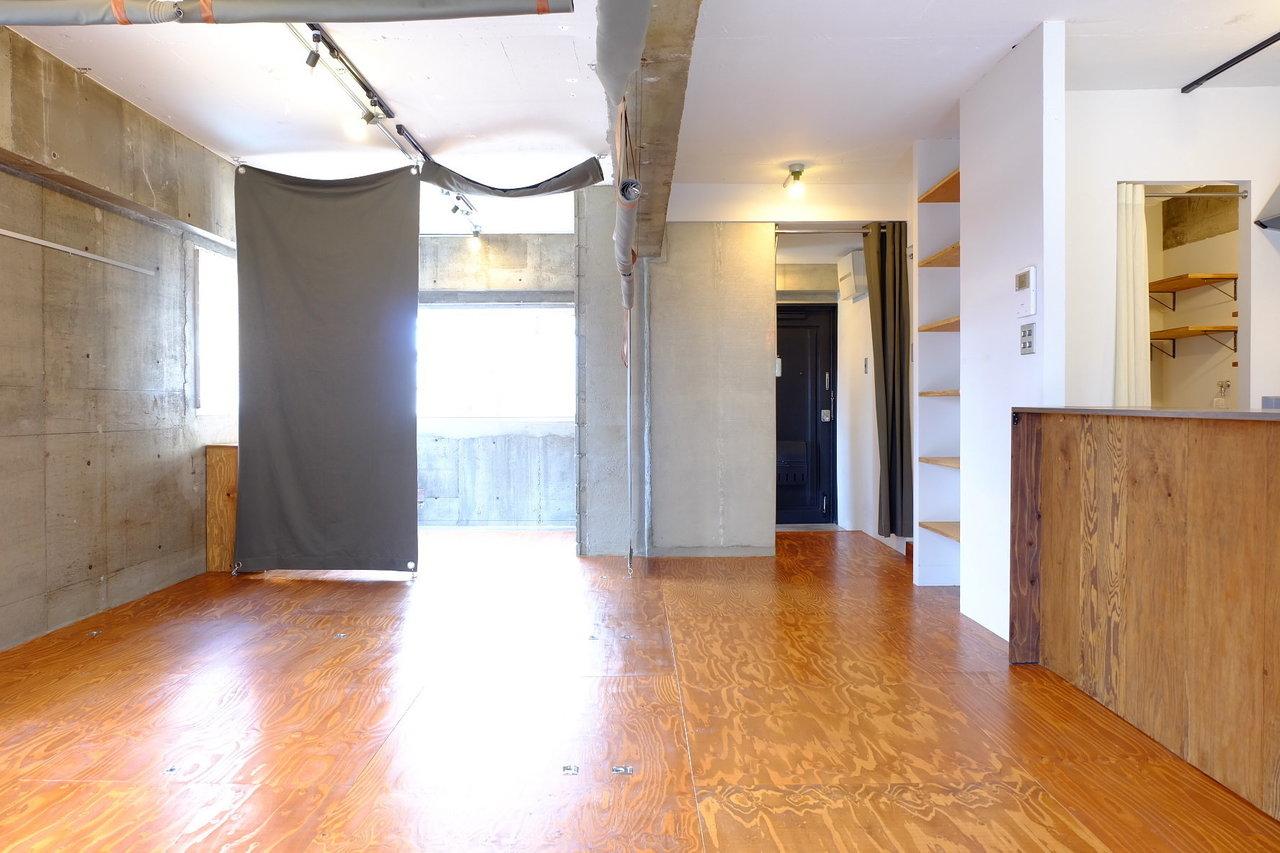 こちらは部屋の間仕切りとして活用するためのもの!壁が無い分、開け放しておけば広々とするし、気分や家具、来客の有無によって仕切りを変えることができるんです。自由自在に自分の理想の生活導線をつくり上げることができます。