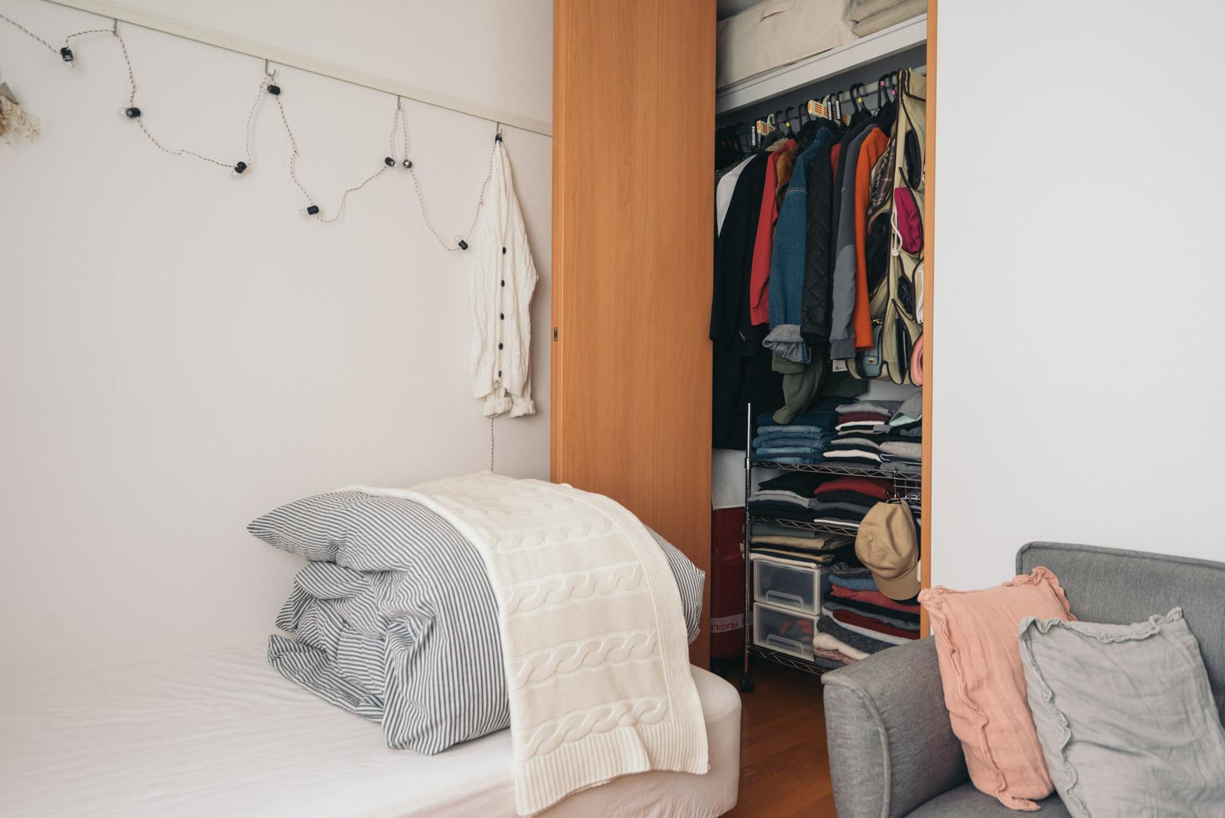 デッドスペースになりがちな足元にスチールラックを用意して、畳んで収納する方法も。