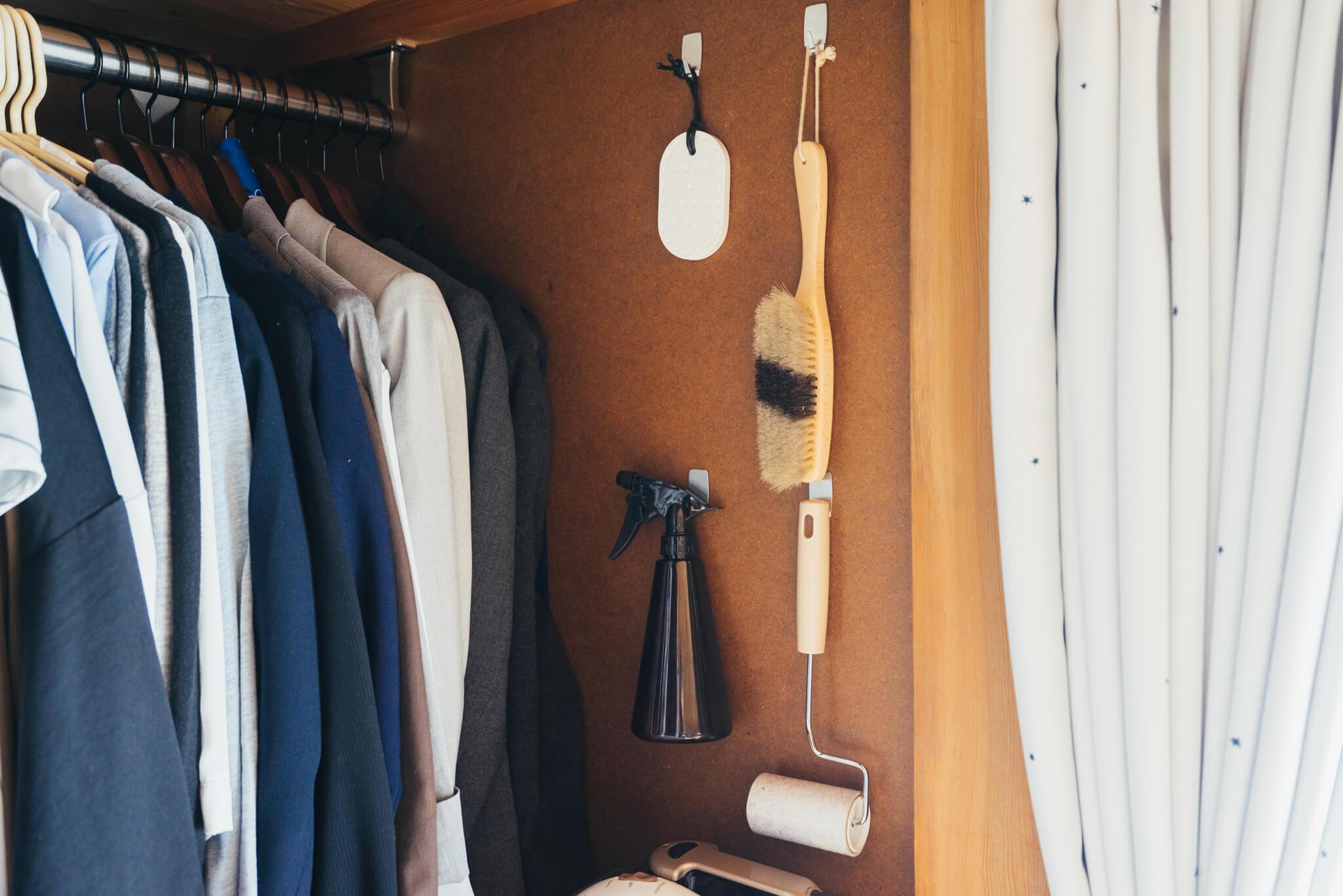 消臭スプレーや洋服ブラシなど。細々としたものにひとつずつ「指定席」をつくります。