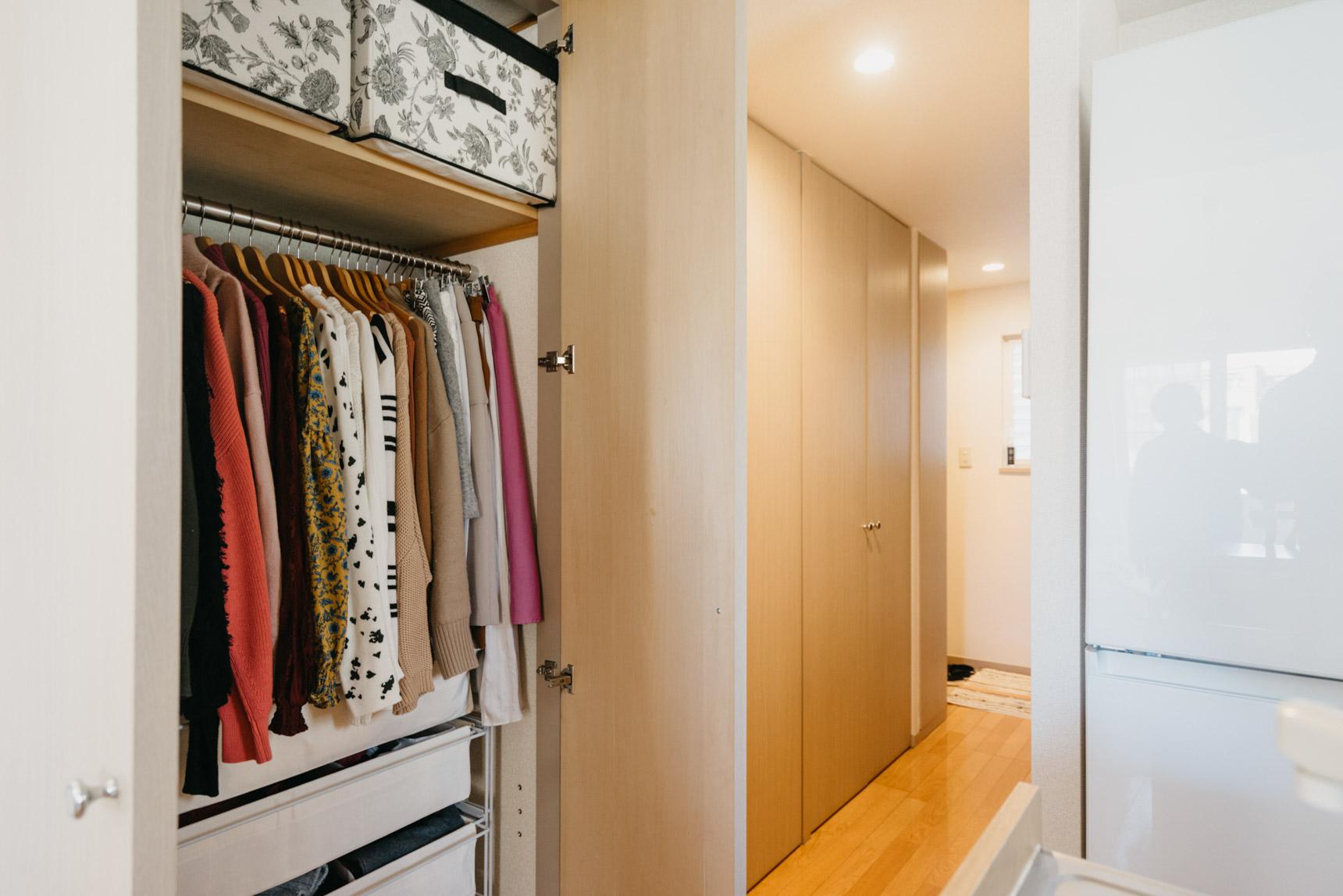 木製のしっかりしたものを選ぶと、洋服のシワも防げてお気に入りの服を長く着られます。