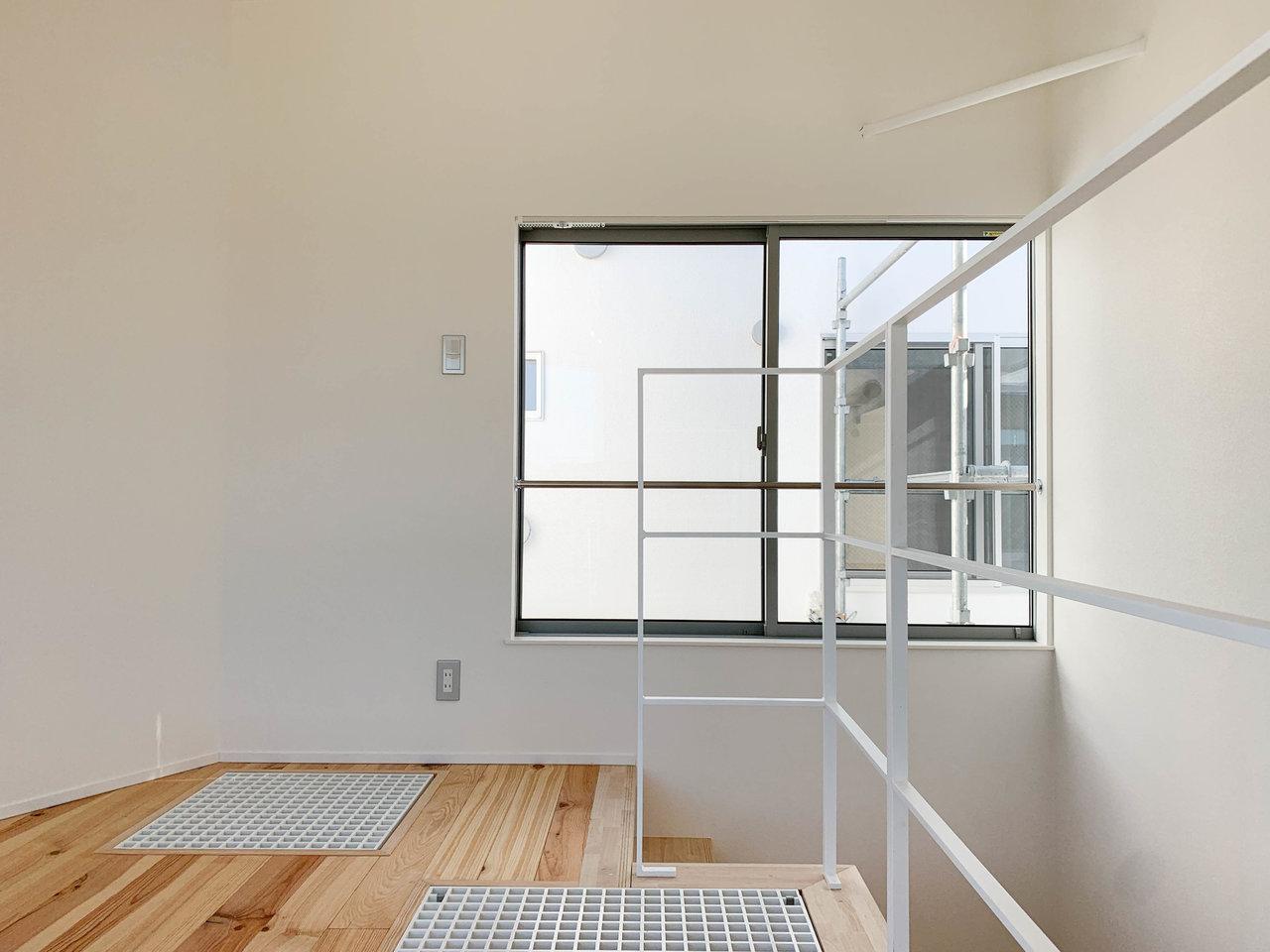 こちらは3階建て+ロフト、というちょっぴり変わった間取りのお部屋です。1階がキッチンなどの水回り、2階をリビング、3階との間にロフトがあり、3階を寝室に、というイメージでしょうか。全部屋無垢材を使用した床で過ごしやすそう。